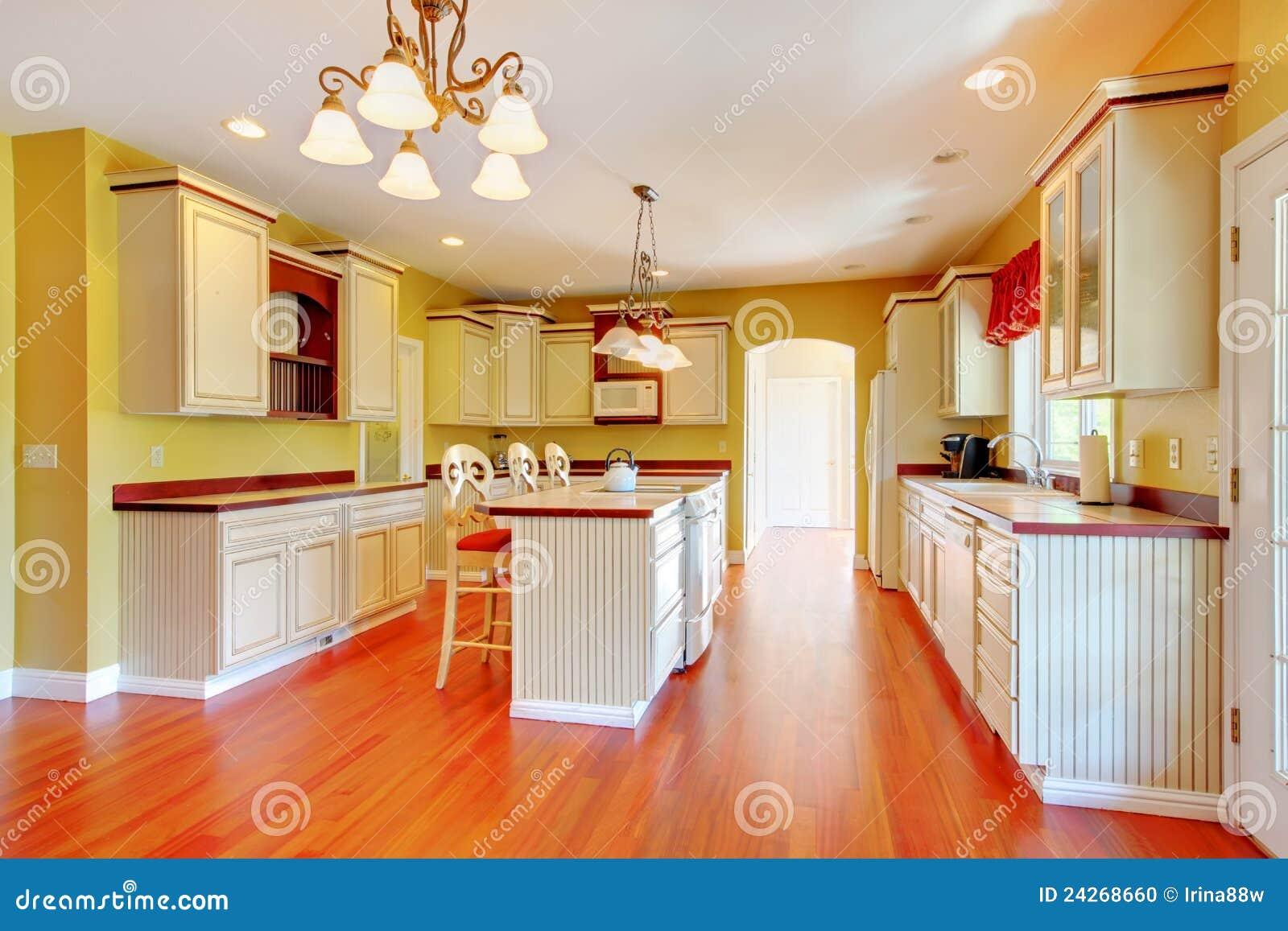 Gouden Keuken Met Witte Antieke Kabinetten. Stock Foto ...