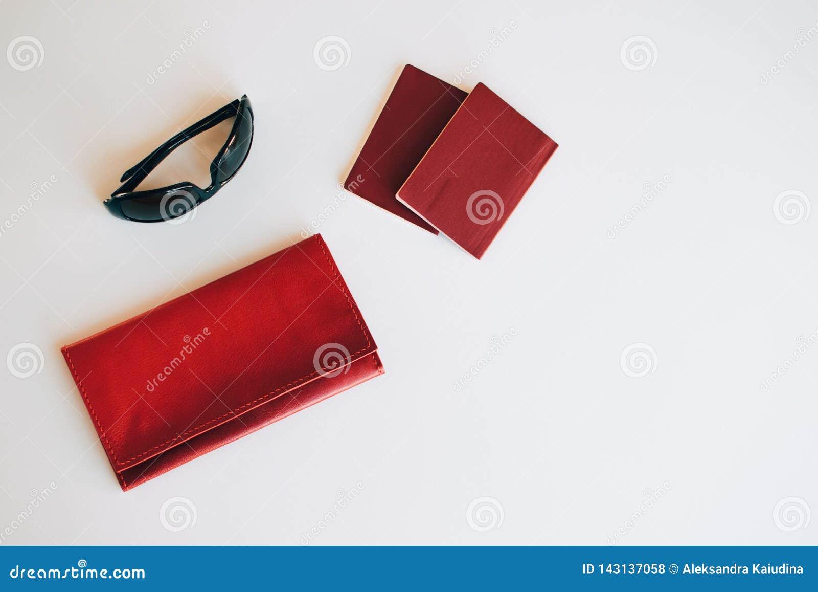 Gouden kosmetische zak met cosmetischee producten