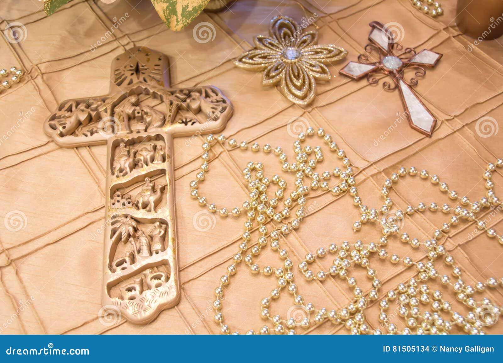 GOUDEN Kruisen die op een gouden tafelkleed leggen