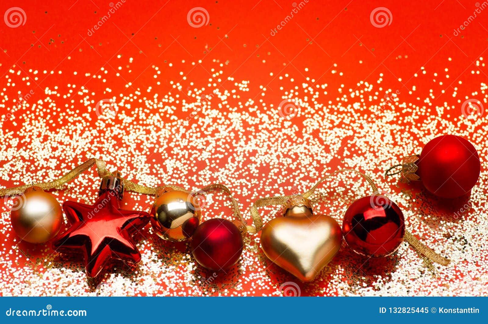 Gouden lichten met de decoratie van de Kerstmisboom op rode achtergrond