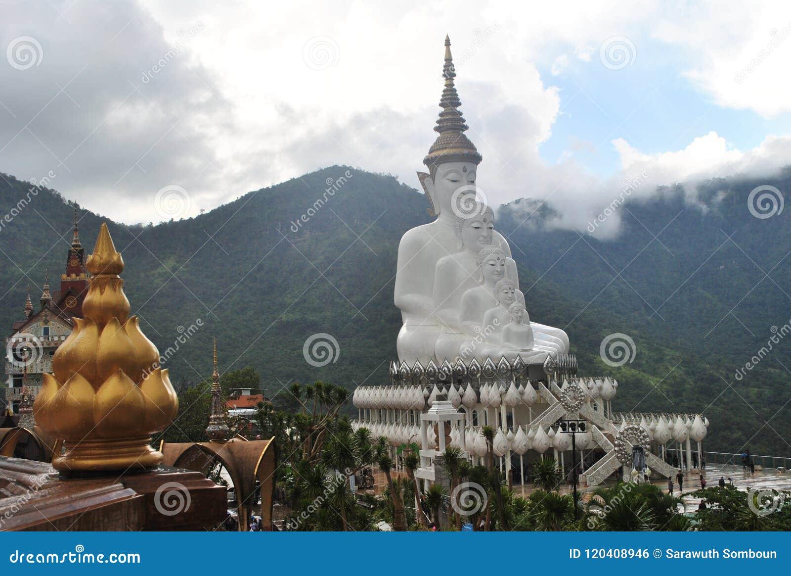 Gouden Lotus en het Witte boeddhisme zitten en de Meditatiearchitectuur met Achtergrondberg en wolken wilde mening Thailand