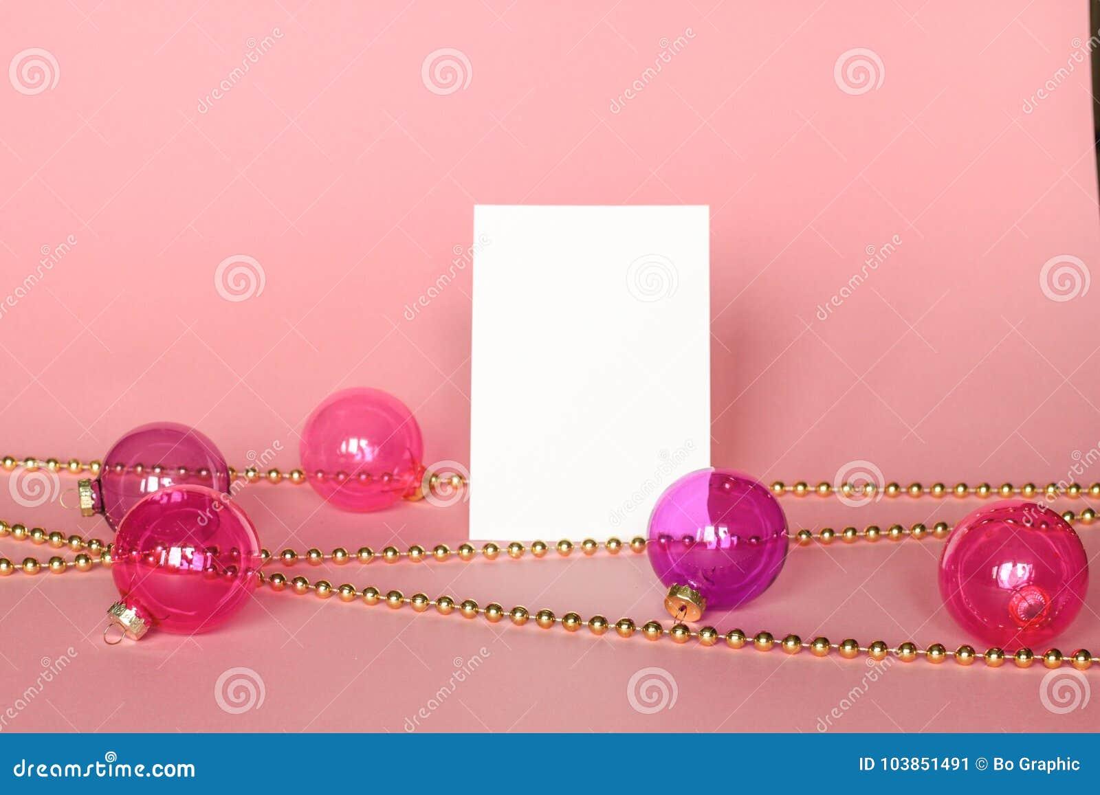 Gouden omlijsting met Kerstmisornamenten Model op roze achtergrond Manierdecoratie