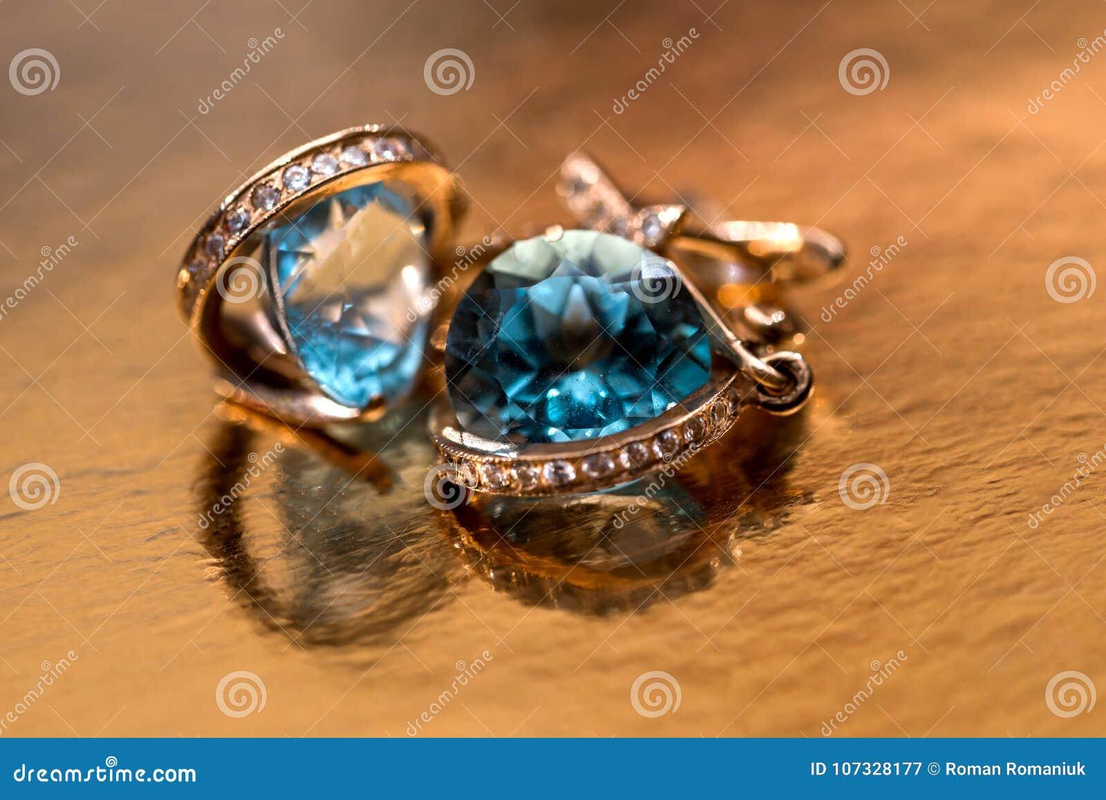 Gouden oorringen met kristallen