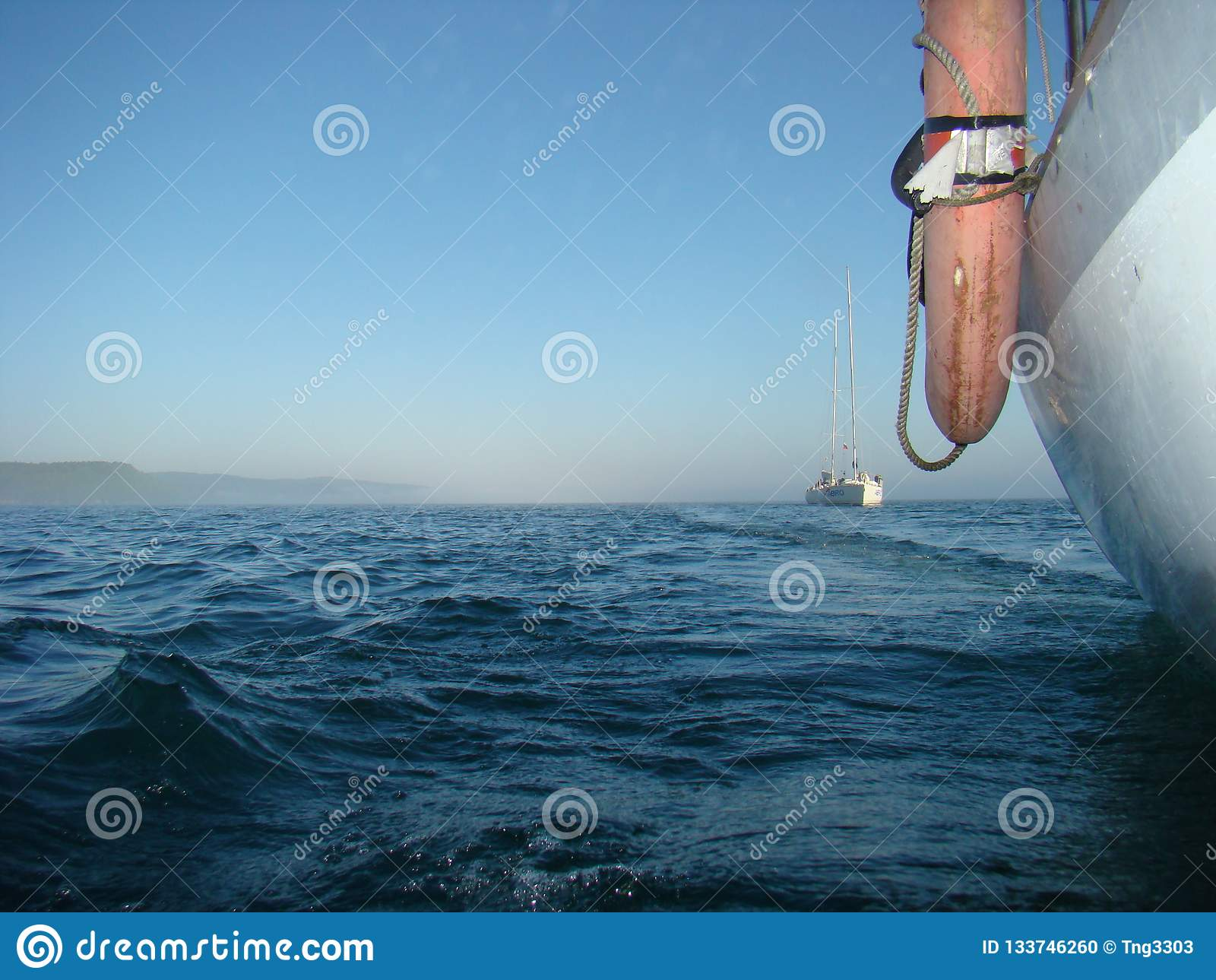 Gouden rimpelingen in water Het varen regatta op het reservoir van Irkoetsk