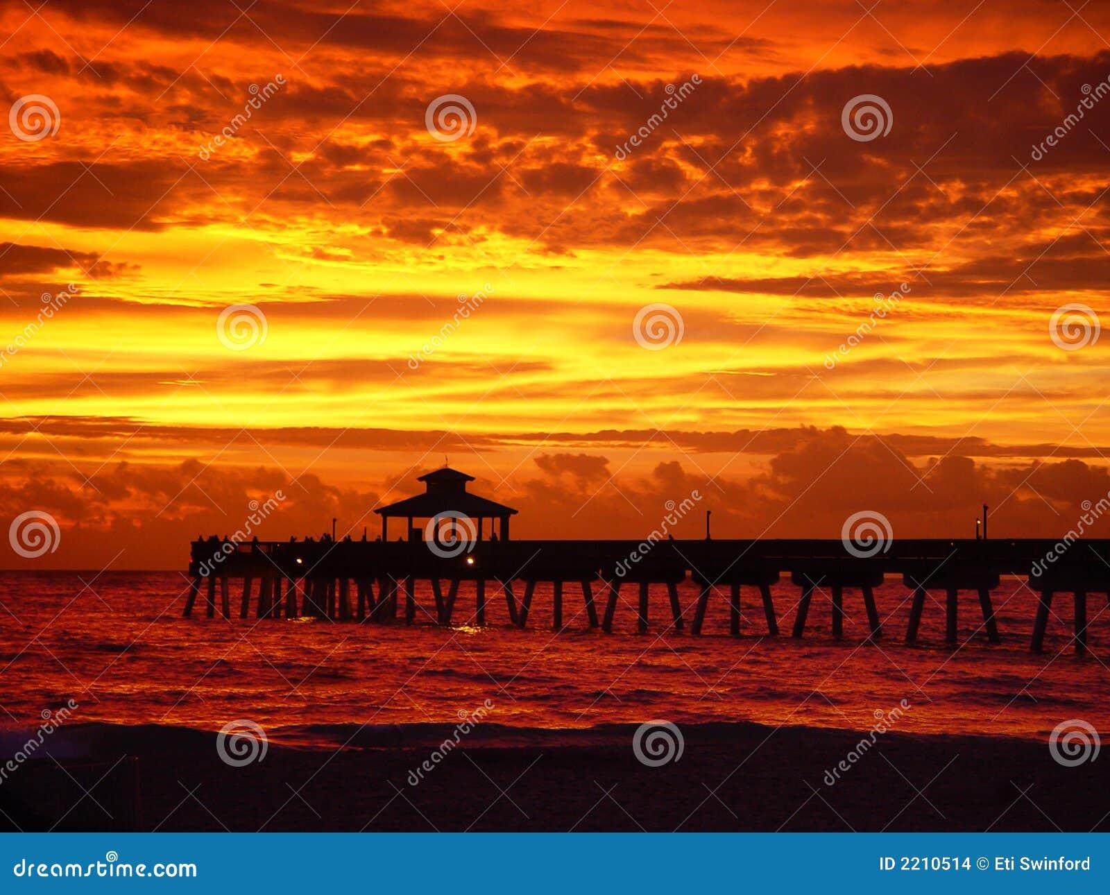 Gouden rode zonsopgang met pijler