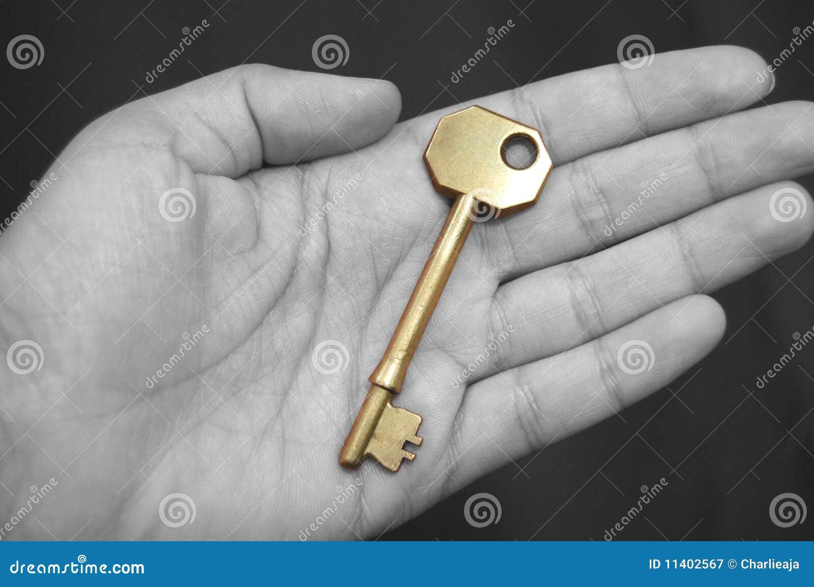 Gouden sleutel in een hand