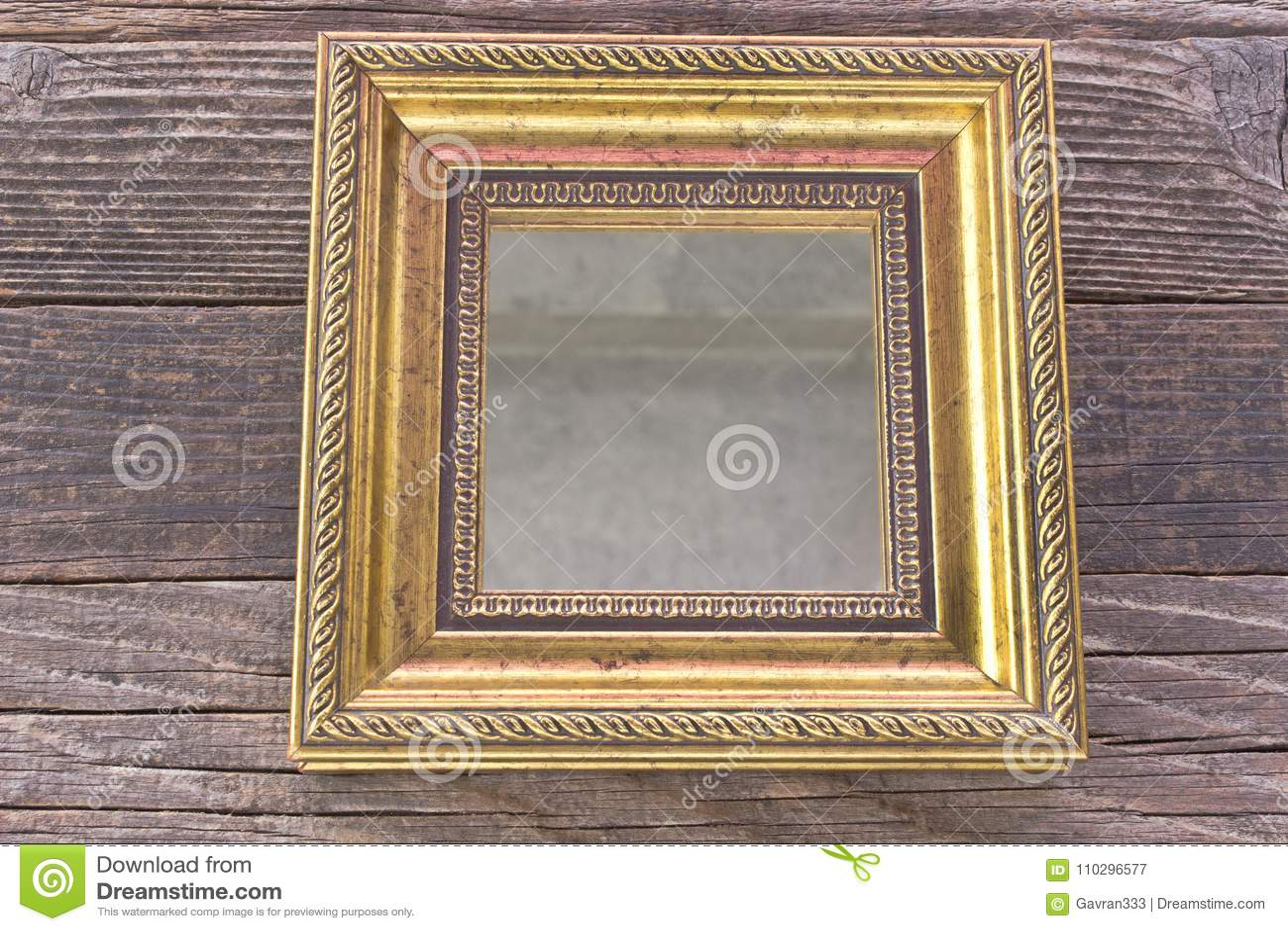 Gouden Barok Spiegel : Gouden spiegel met barok kader op houten achtergrond stock
