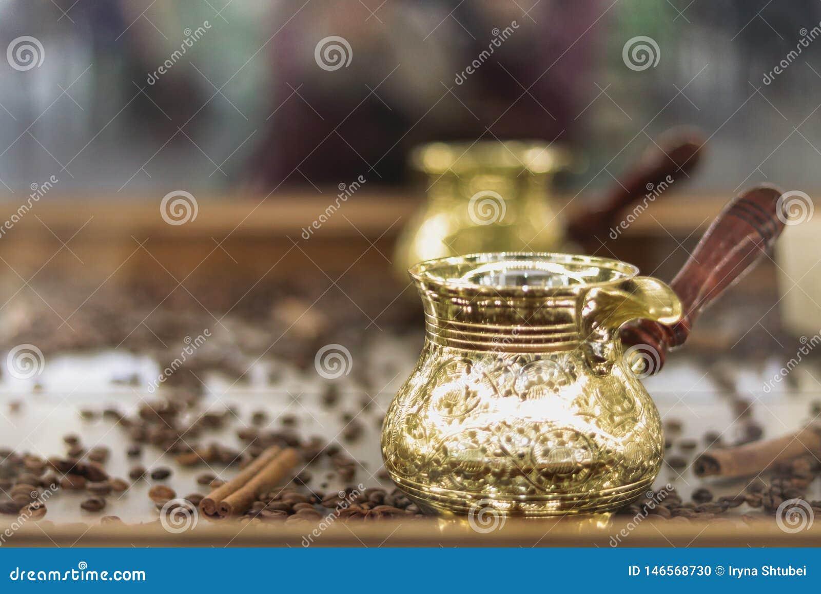 Gouden Turk op een houten lijst
