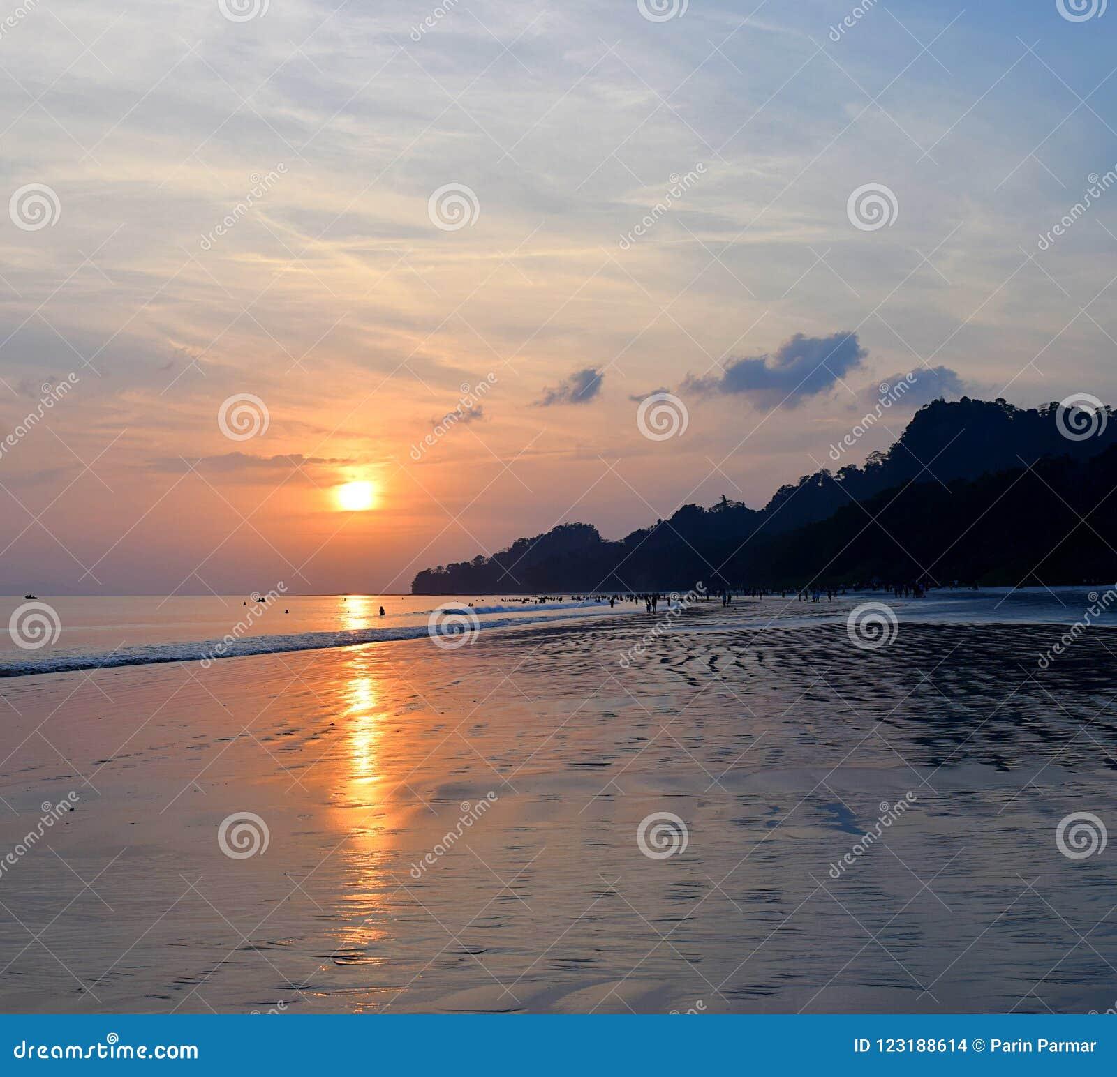 Gouden Zonsondergang met Bezinning in Zeewater bij Radhanagar-Strand, Havelock-Eiland, Andaman, India