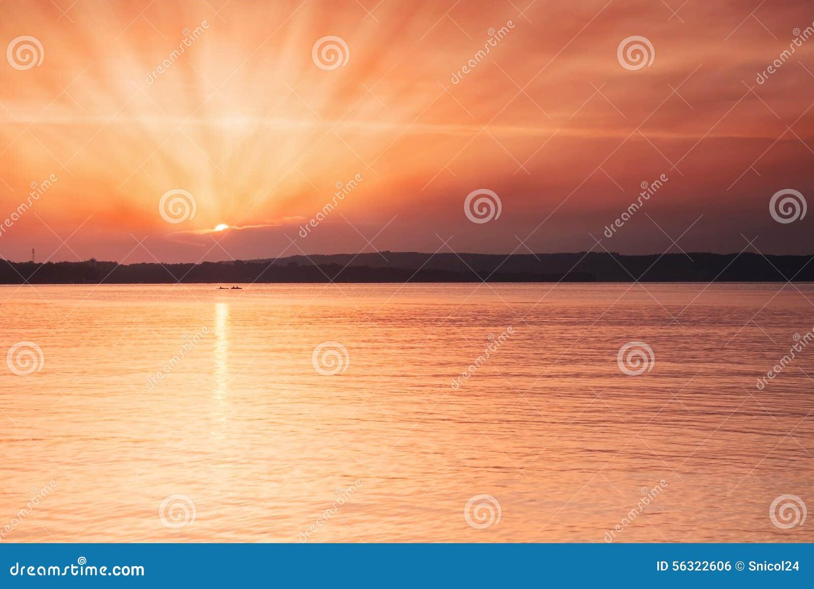 Gouden zonsondergang op strand