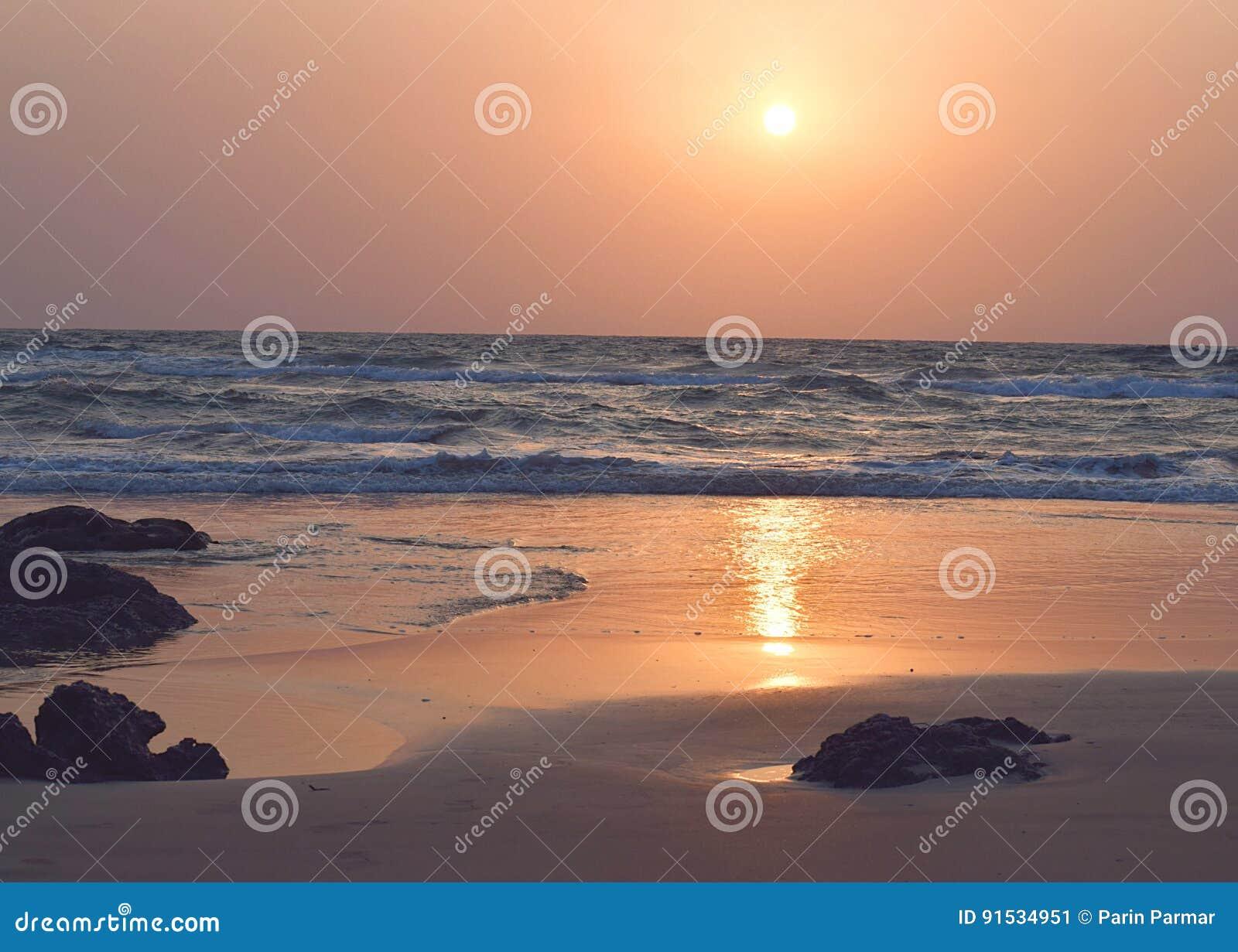 Gouden Zonsondergang over Rocky Beach, Ratnagiri, Maharashtra