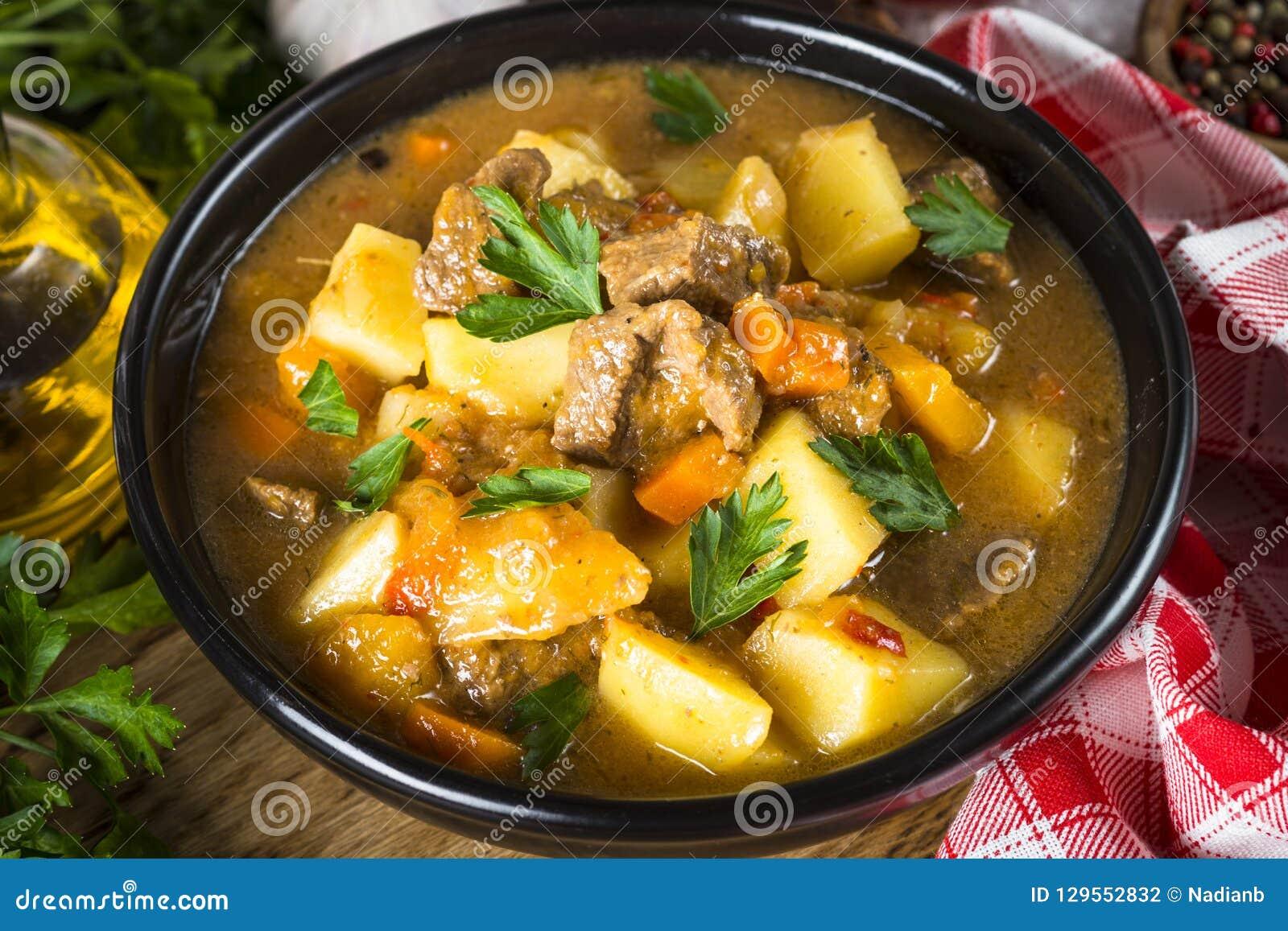 Goulash z mięsem i warzywami Wołowina gulasz
