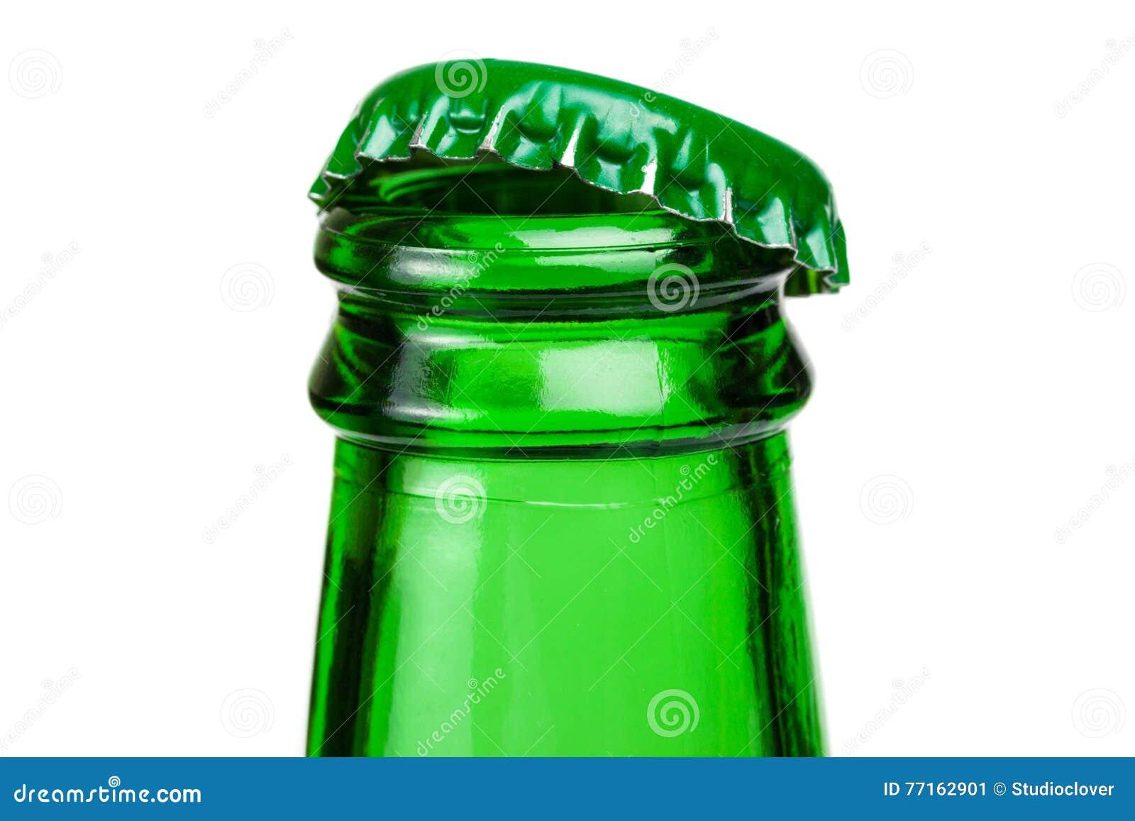 Goulot d étranglement de bouteille à bière verte au-dessus du fond blanc