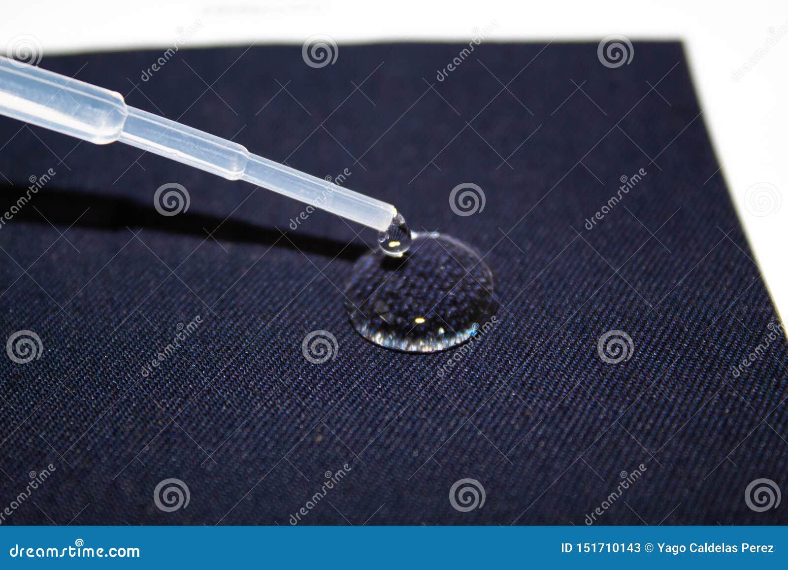 Goutte de l eau sur un morceau de tissu