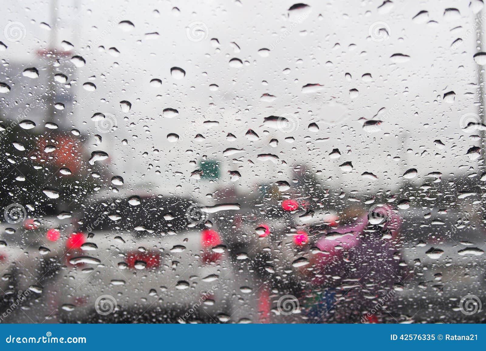 goutte de pluie sur le pare brise photo stock image 42576335. Black Bedroom Furniture Sets. Home Design Ideas
