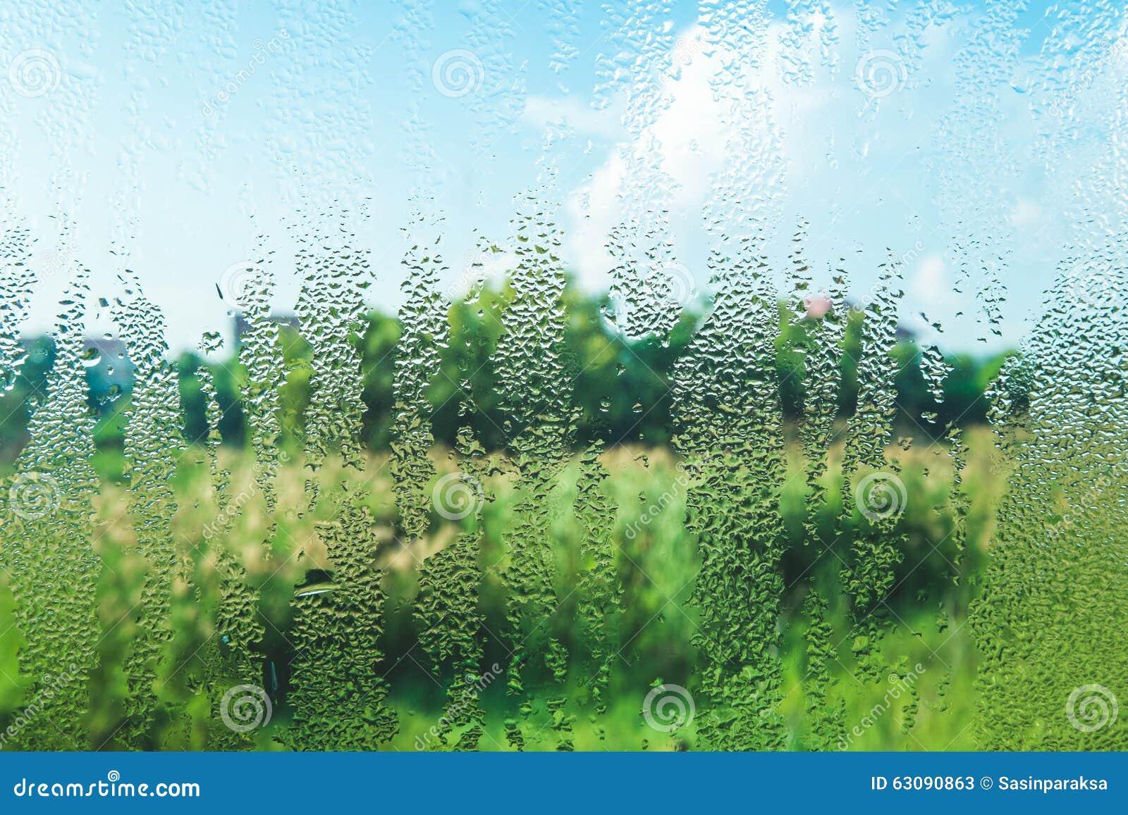 Download Gouttelettes Sur Le Verre Pendant Le Matin Avec La Vue De Nature Image stock - Image du précipitations, humidité: 63090863