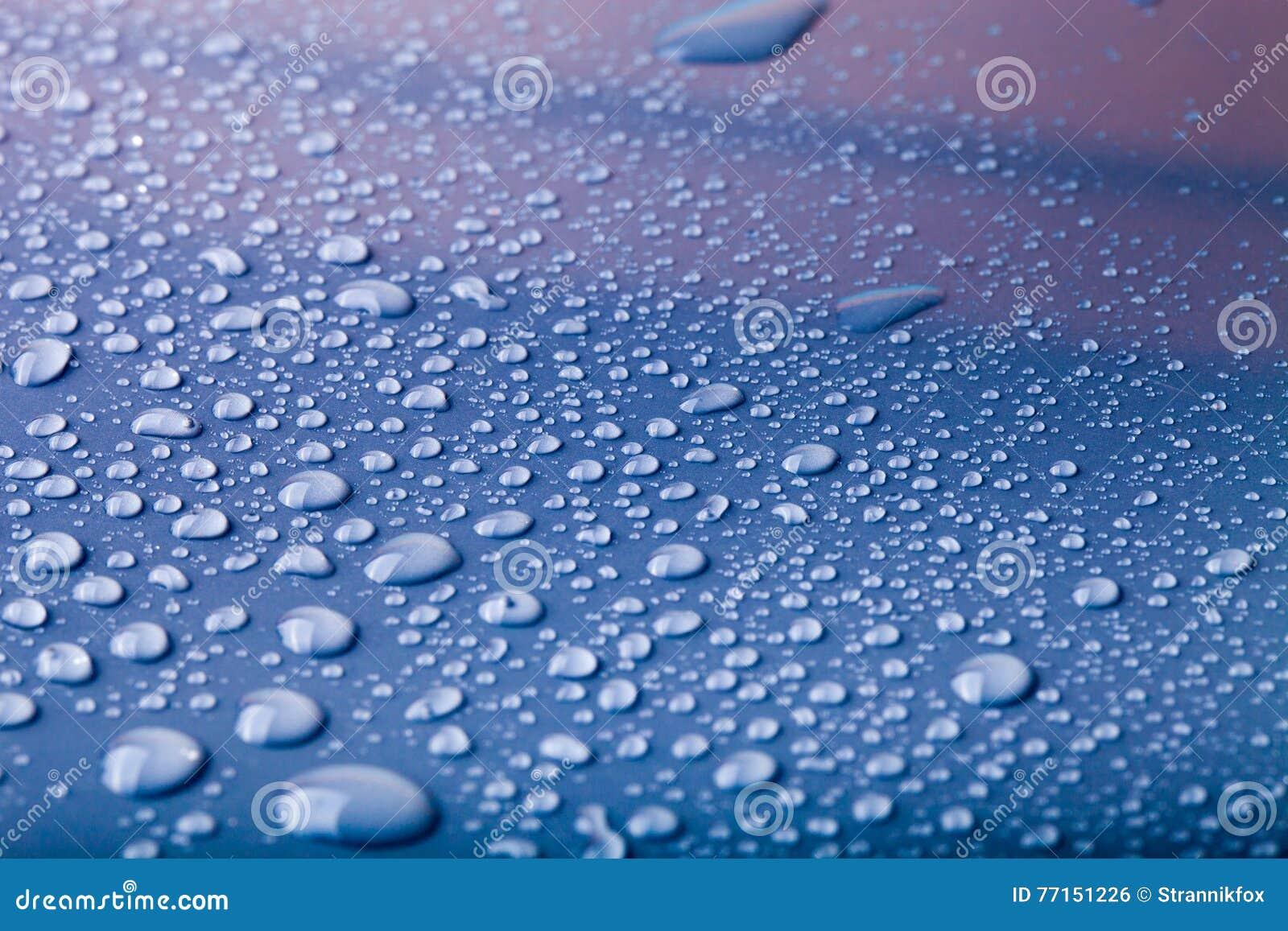 Gouttes de l eau sur un fond de couleur bleu Profondeur de fie