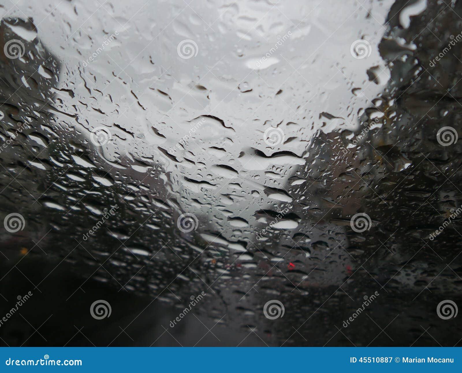 gouttes de pluie formant des filets sur un pare brise photo stock image 45510887. Black Bedroom Furniture Sets. Home Design Ideas