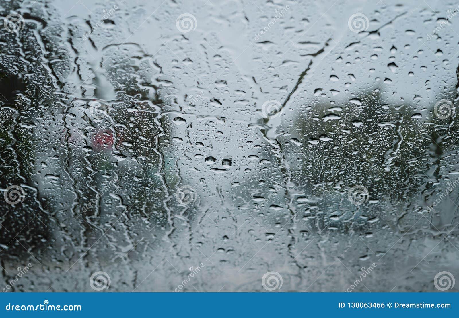 Gouttes de pluie sur un pare-brise