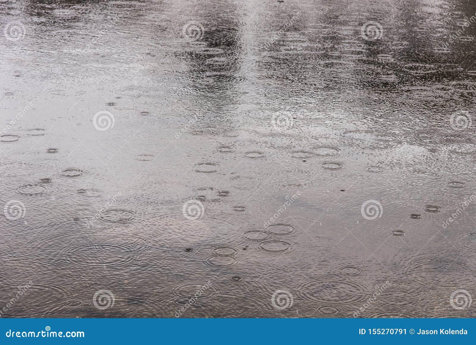 Gouttes de pluie tombant sur le lac