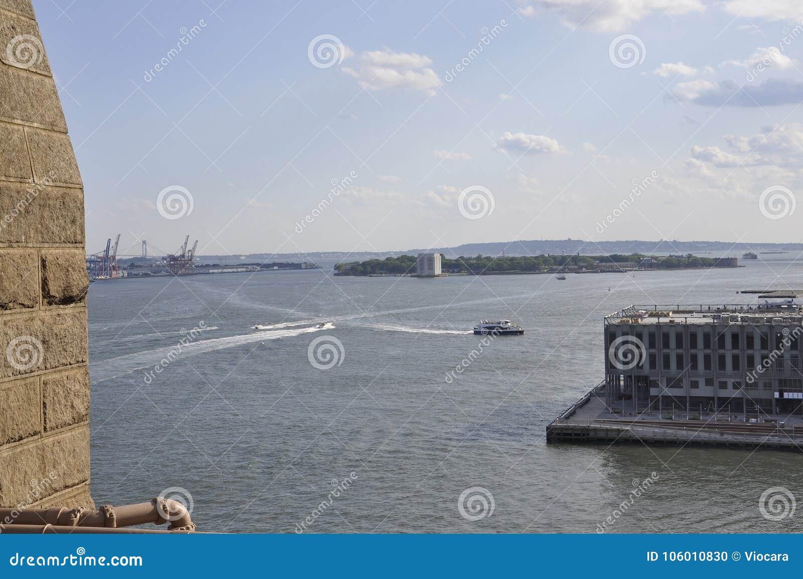 Gouverneur-Inselansicht von der Brooklyn-Brücke über East River von New York City in Vereinigten Staaten