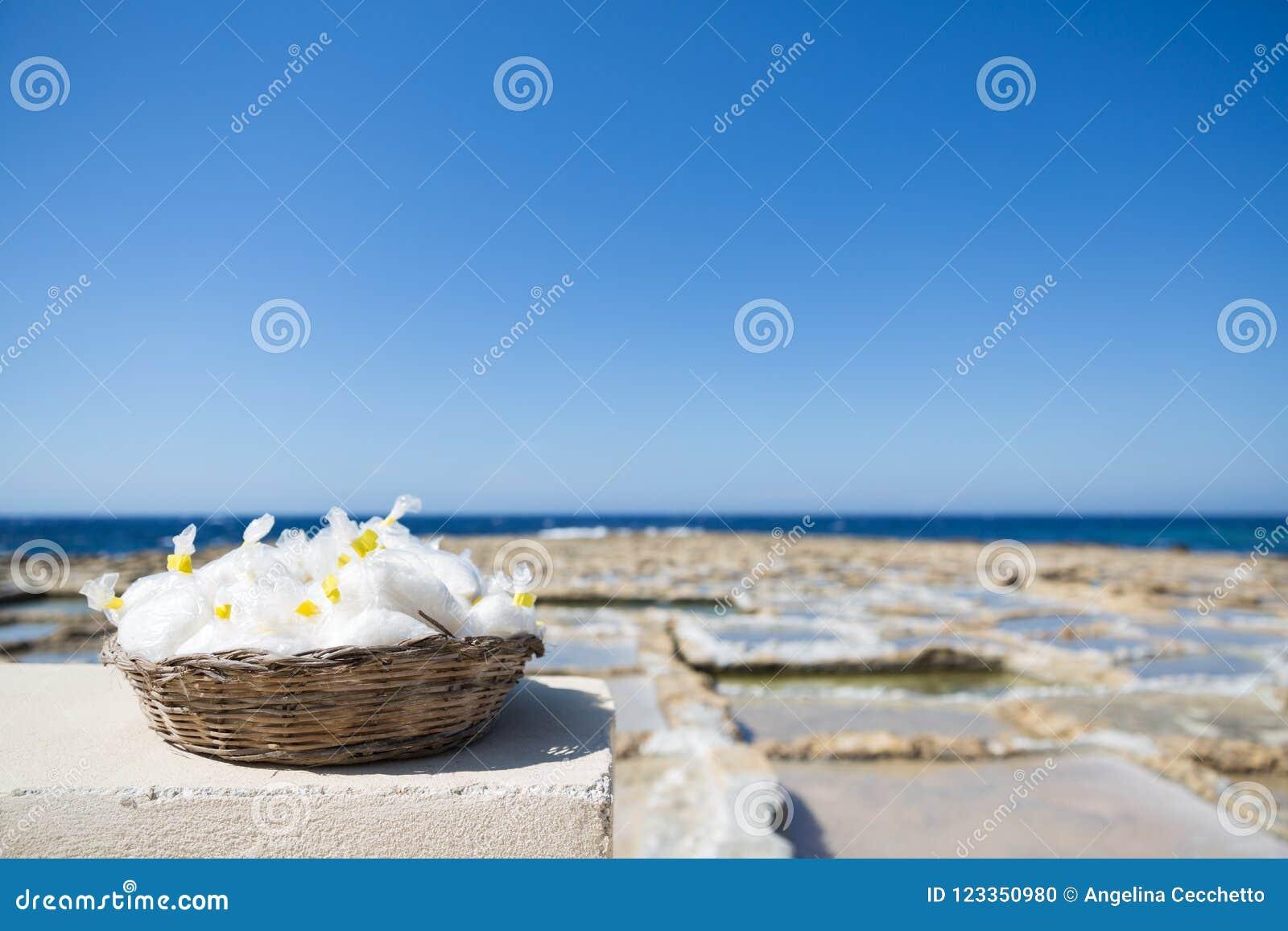 Gozo wyspy morza soli Naturalny kosz z Salines wewnątrz i Błękitnym morzem