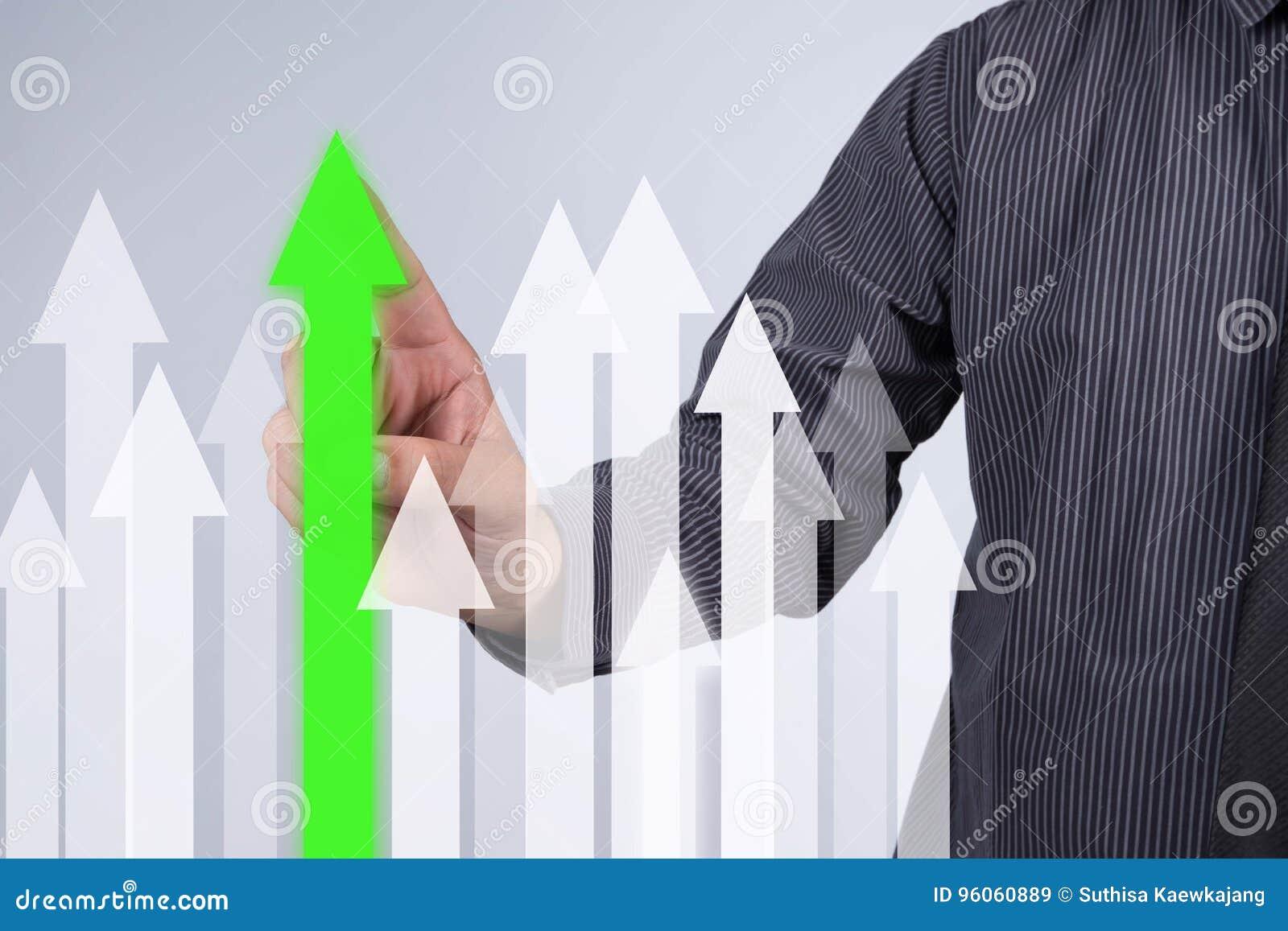 Gráfico do crescimento das vendas - botão da pressão de mão do homem de negócios no toque s