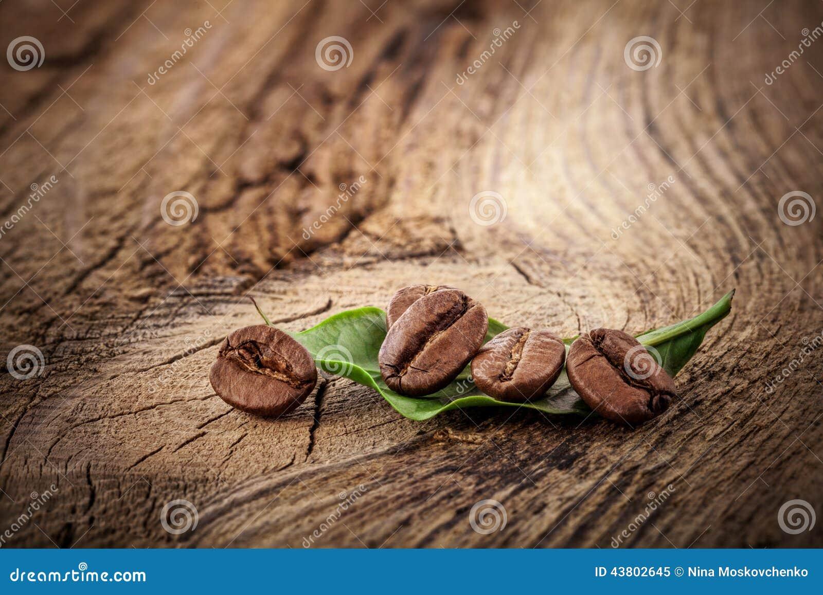 Grãos de café na placa de madeira