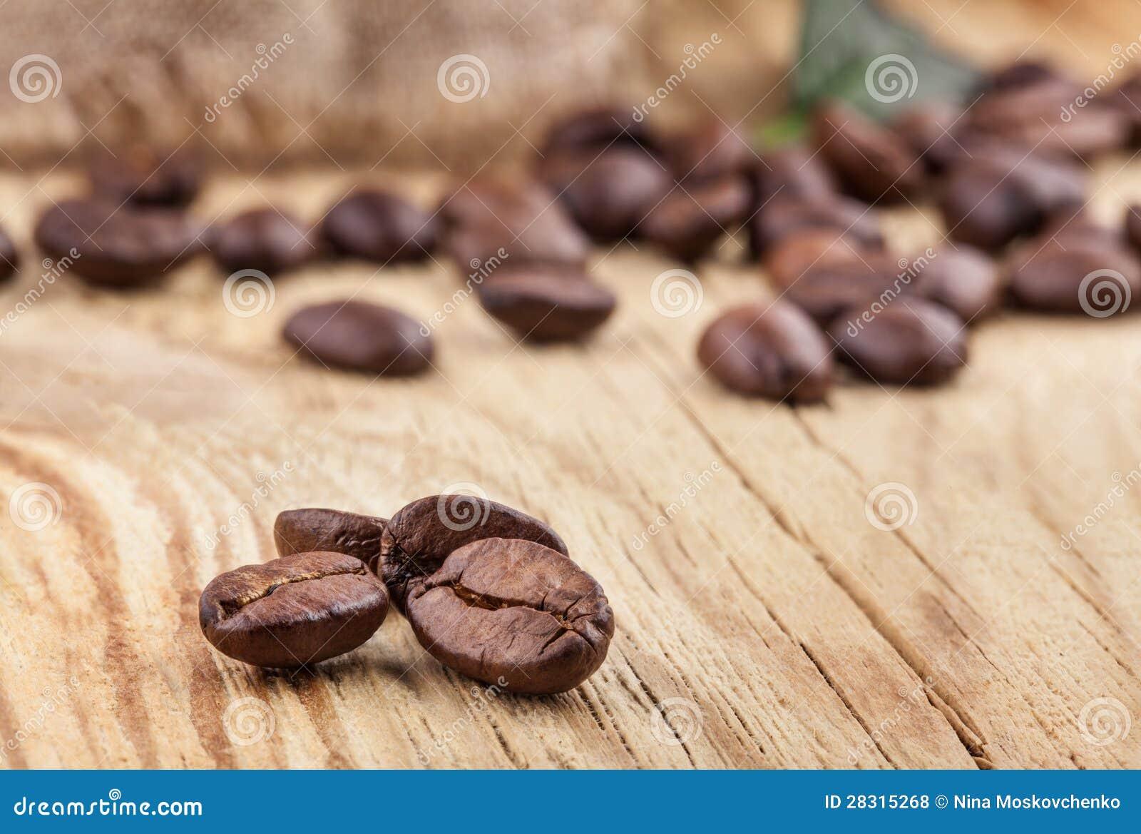 Grãos de café na tabela de madeira