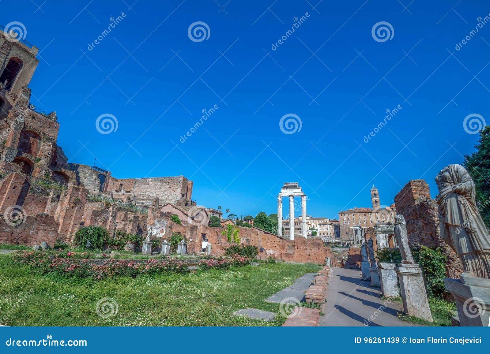 Gränd av vestalsna med statyer i Roman Forum, Rome, Ital