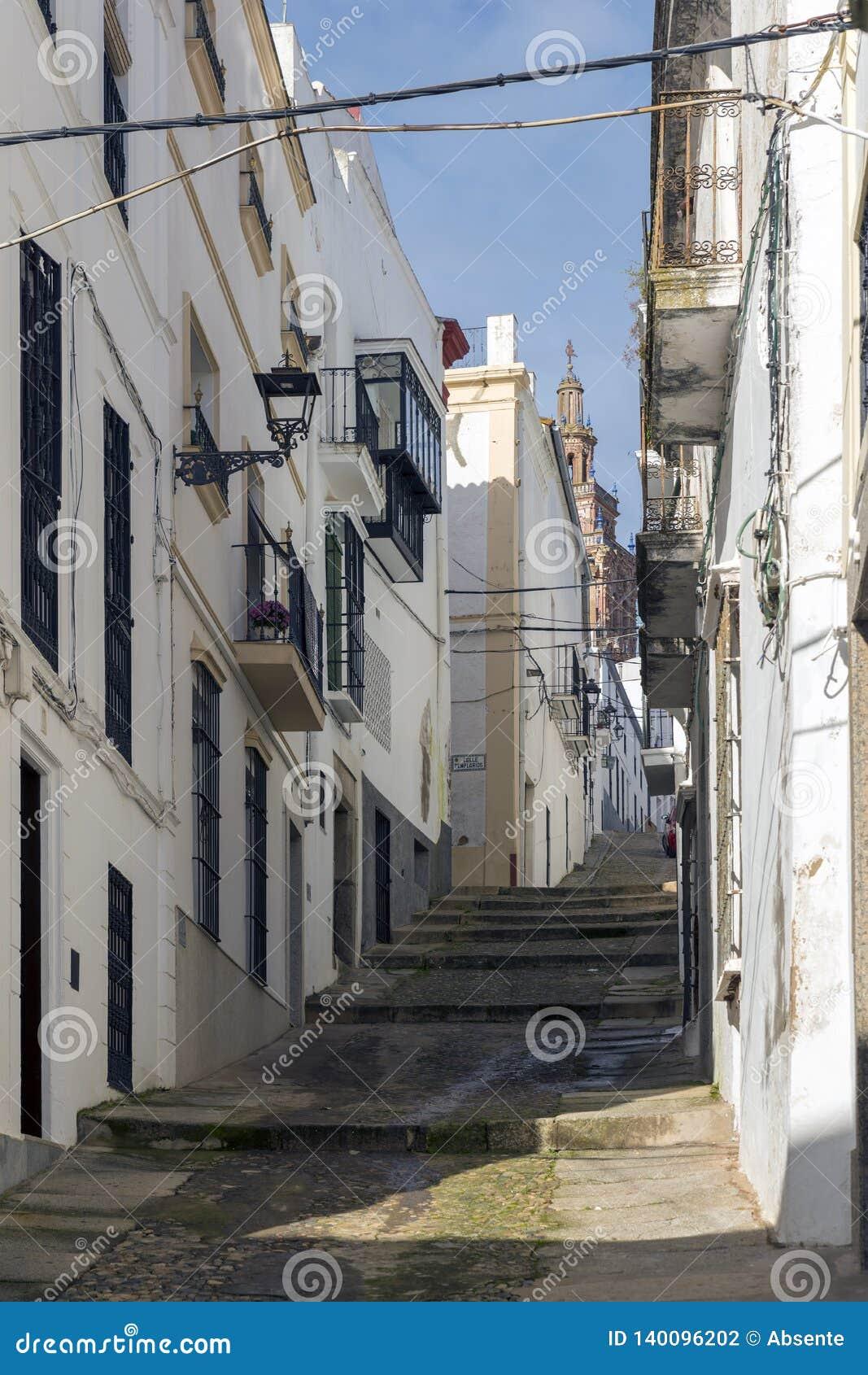 Gränder av kalkade hus som är typiska av byn av Jerez de los