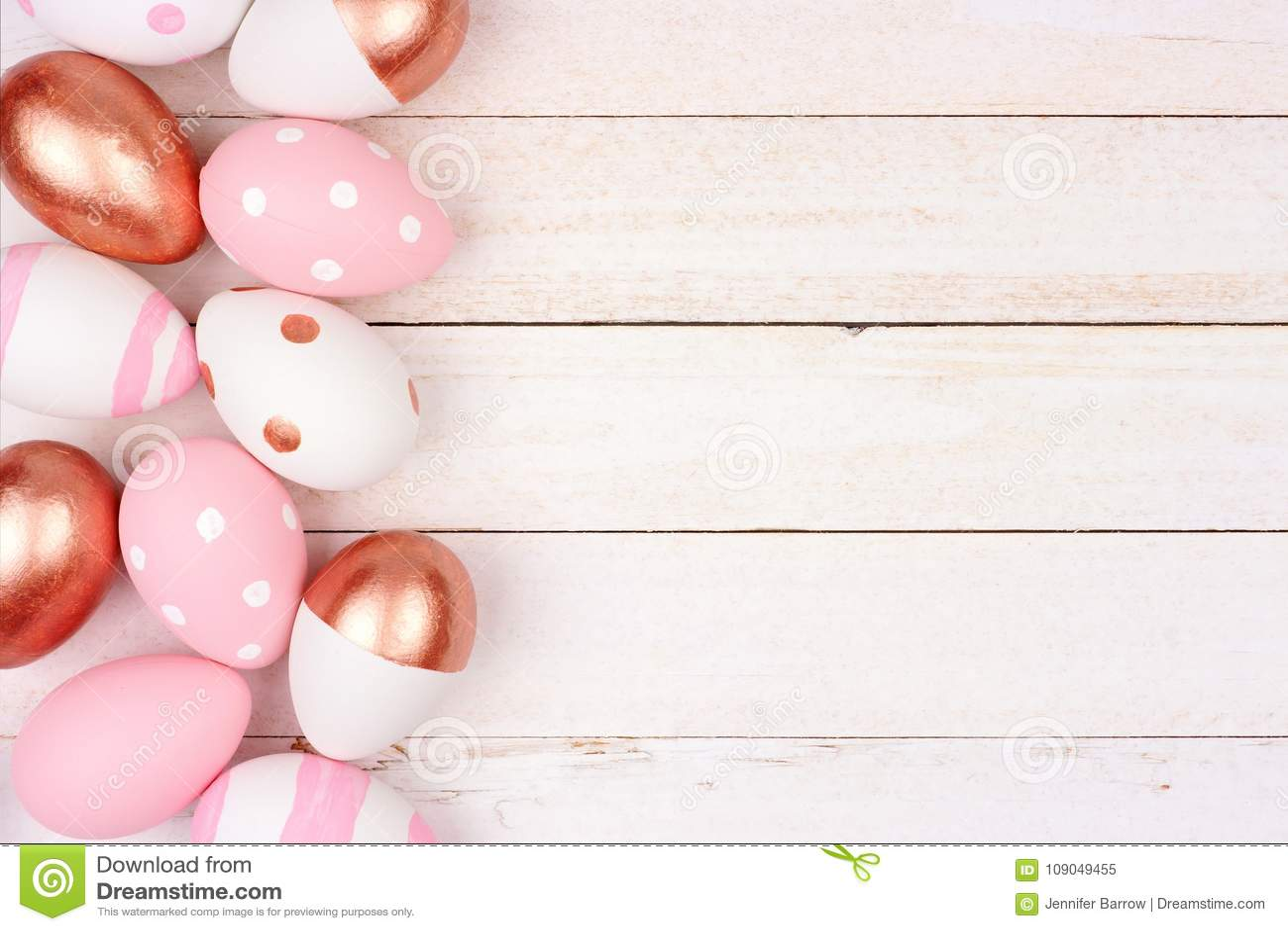 Gräns för sida för påskägg Rosa guld, rosa färger och vit på vitt trä