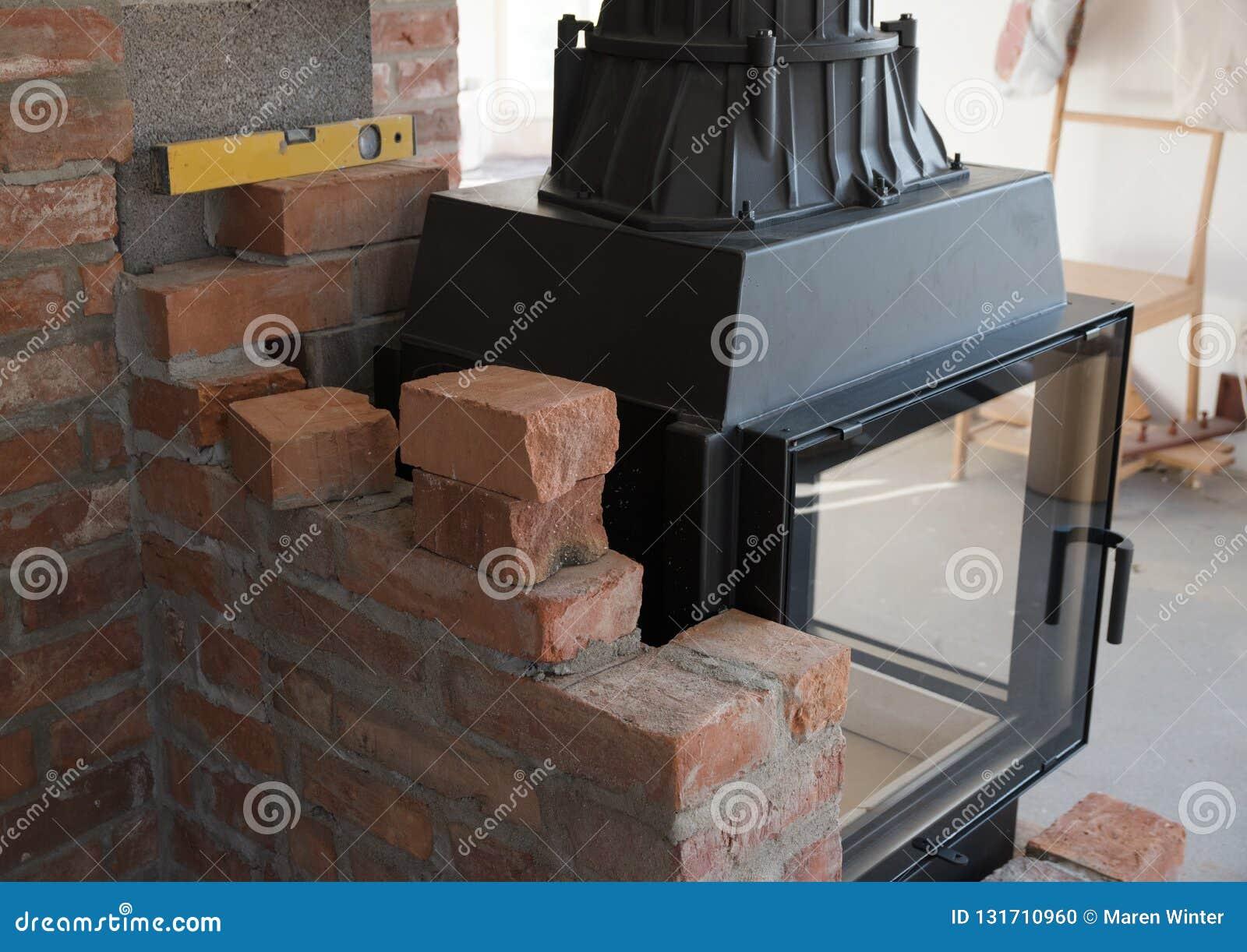 Gräns för tegelstenvägg för enbränning ugn eller spis under konstruktion i det inre passande området