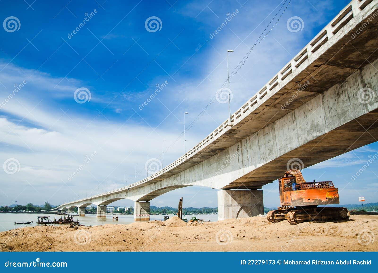 Grävskopa under en bro