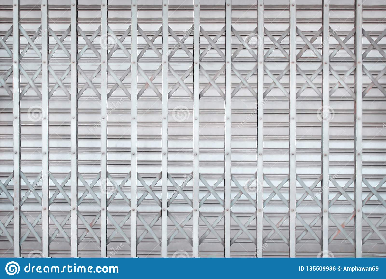Grå färg- eller silverrullningsståldörren eller rullslutaredörren i flätar samman modeller för bakgrund