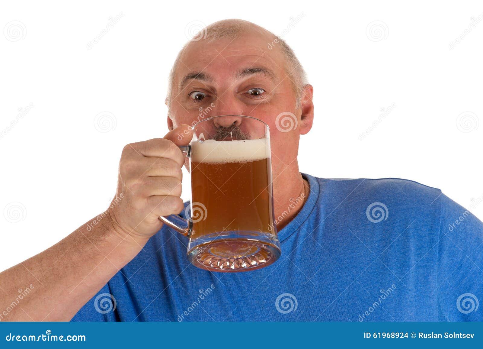 Grå haired man som dricker öl