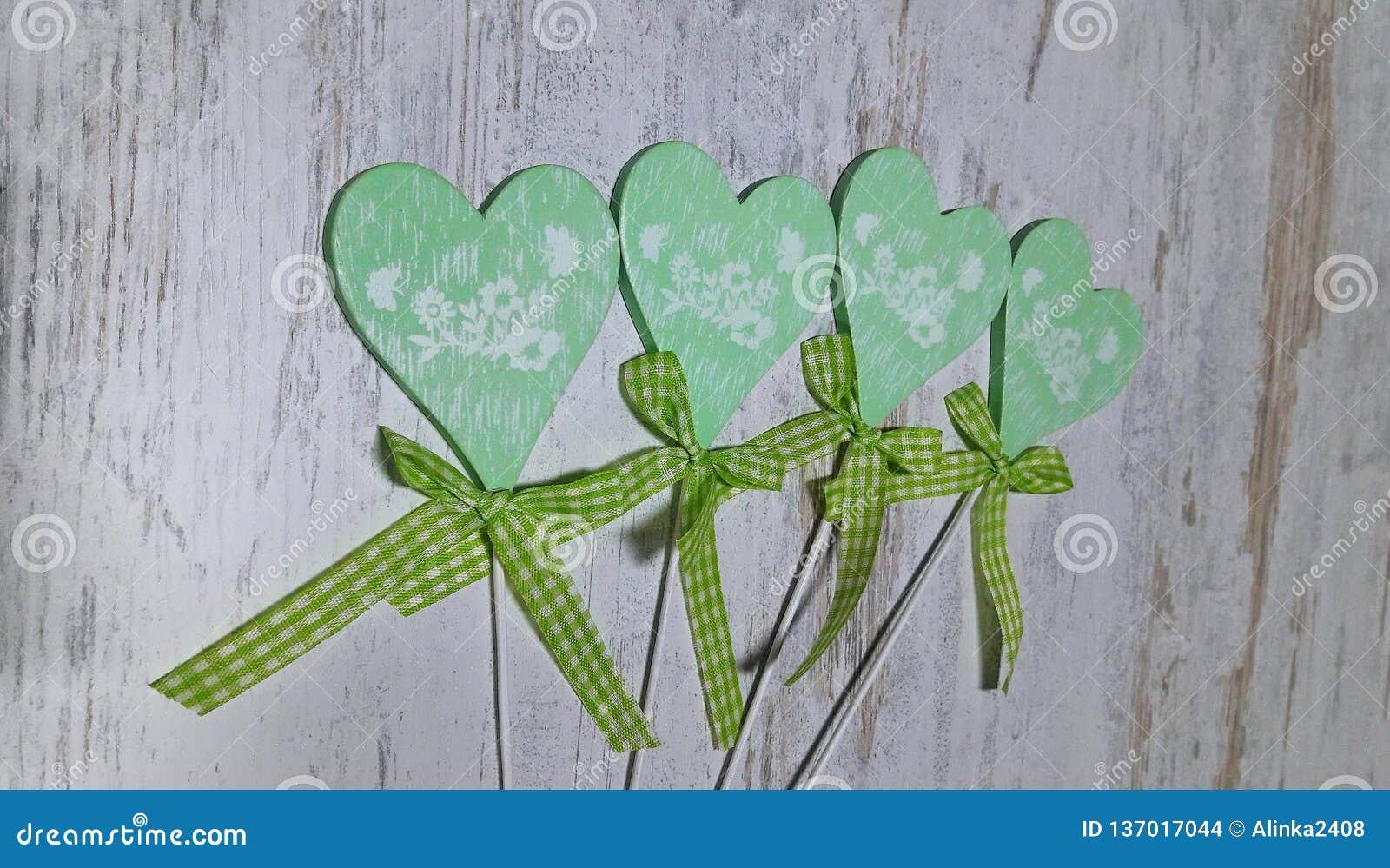 Grön hjärta på en ljus bakgrund