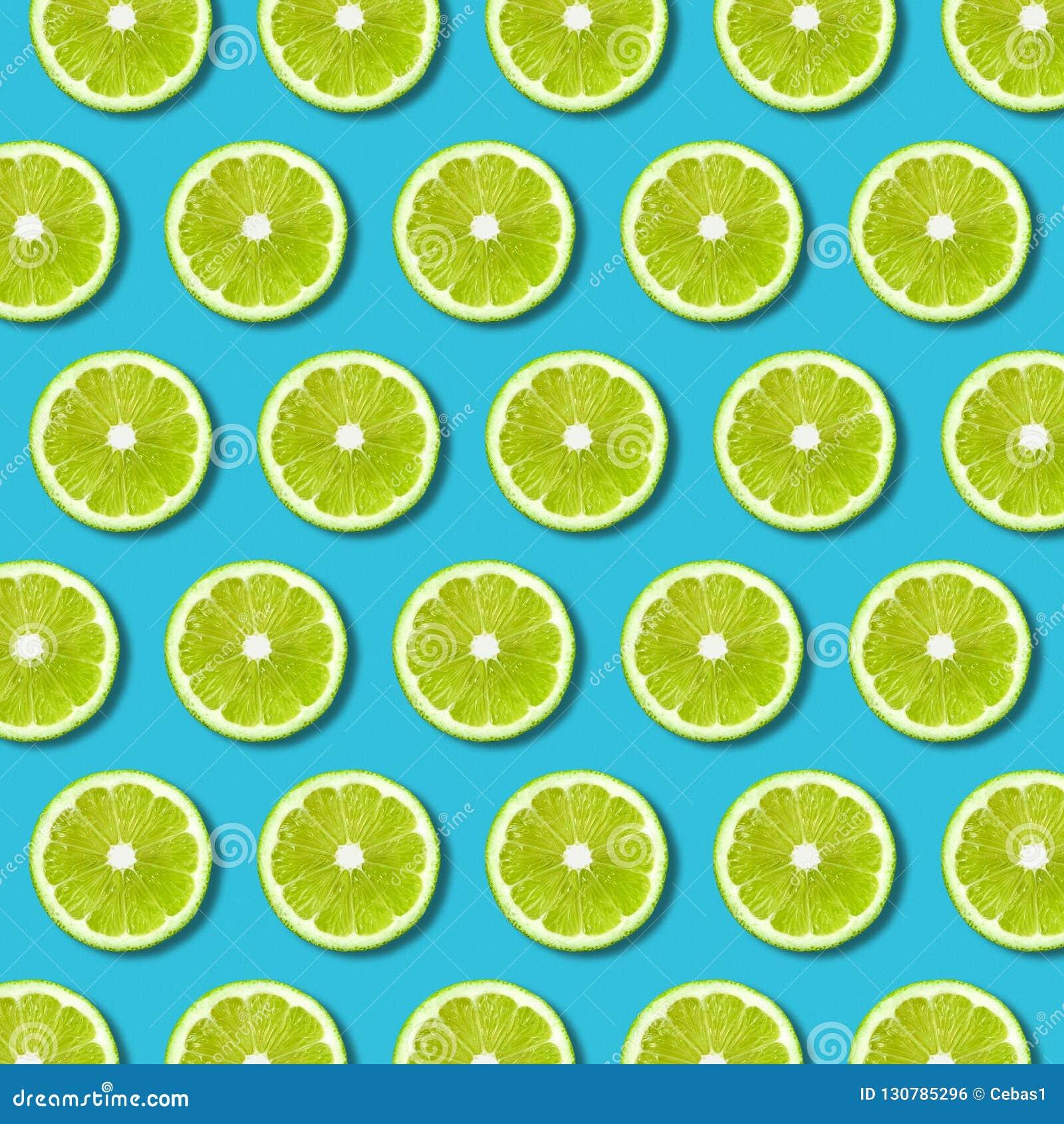 Grön limefruktskivamodell på vibrerande turkosbakgrund