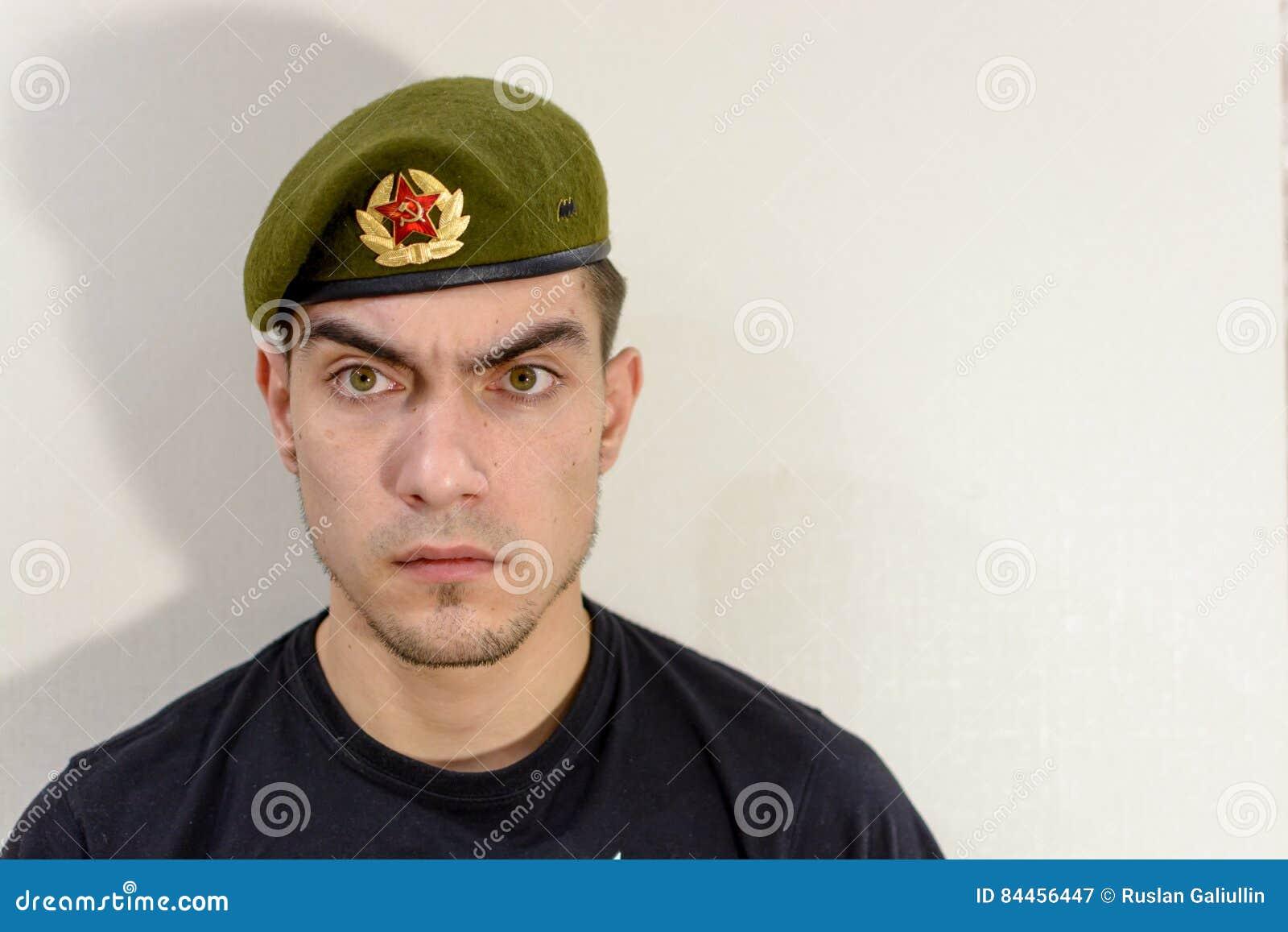 Grön militär för basker fotografering för bildbyråer. Bild av green ... dba845faf95a3