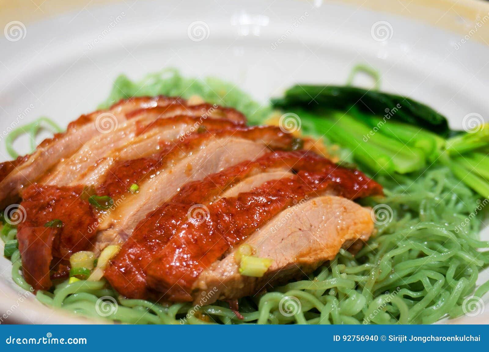 Grön nudel för kines med den stekanden och grönsaken