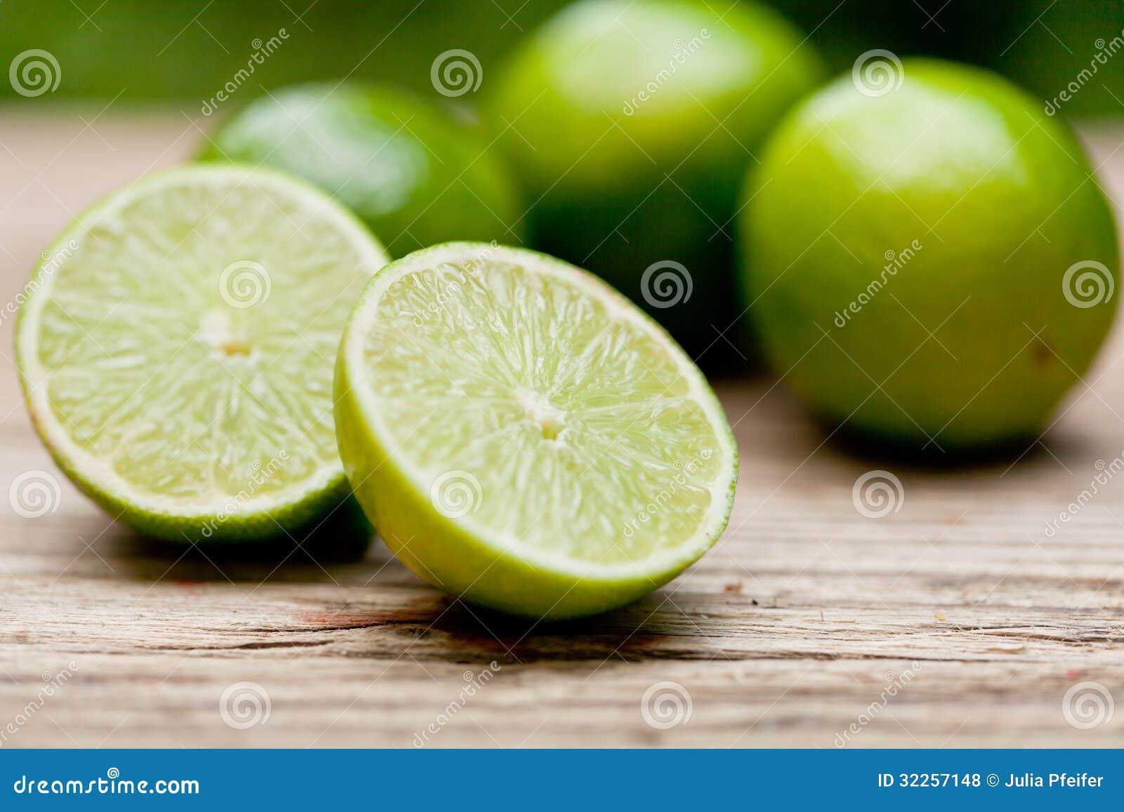 Grön ny limefrukt på träden utomhus- tabellmakrocloseupen