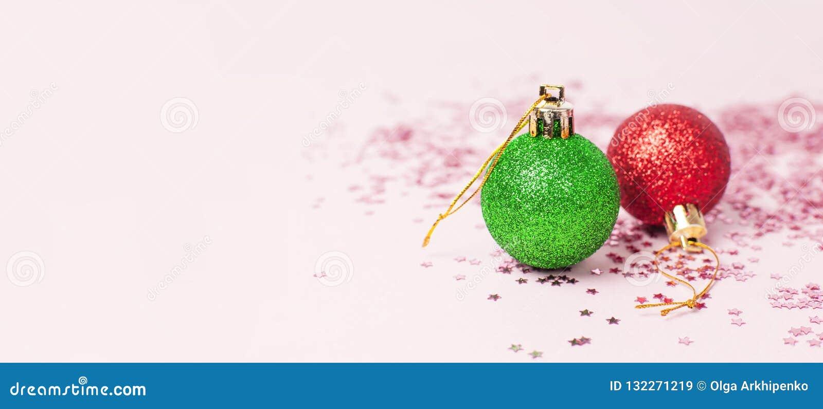 Grön röd jul som det nya året klumpa ihop sig holographic, blänker konfettiformen av stjärnor på rosa bakgrundslägenhet lägger ko