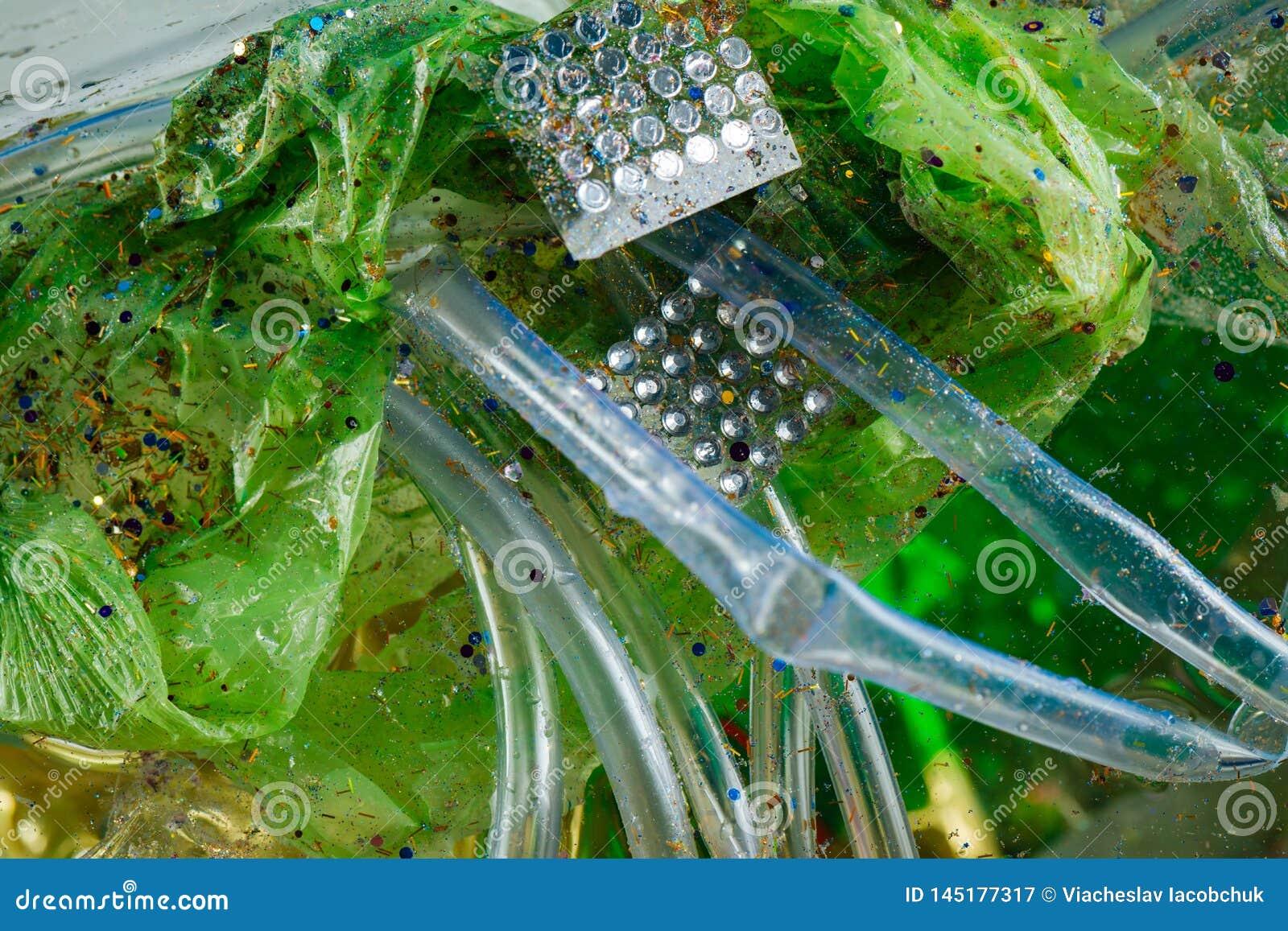 Grön rynkig använd påse blandad med kristallgarnering