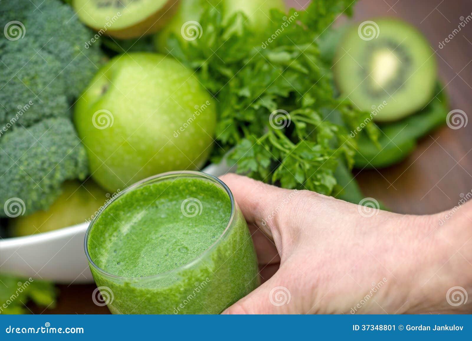 Grön smoothie i hand