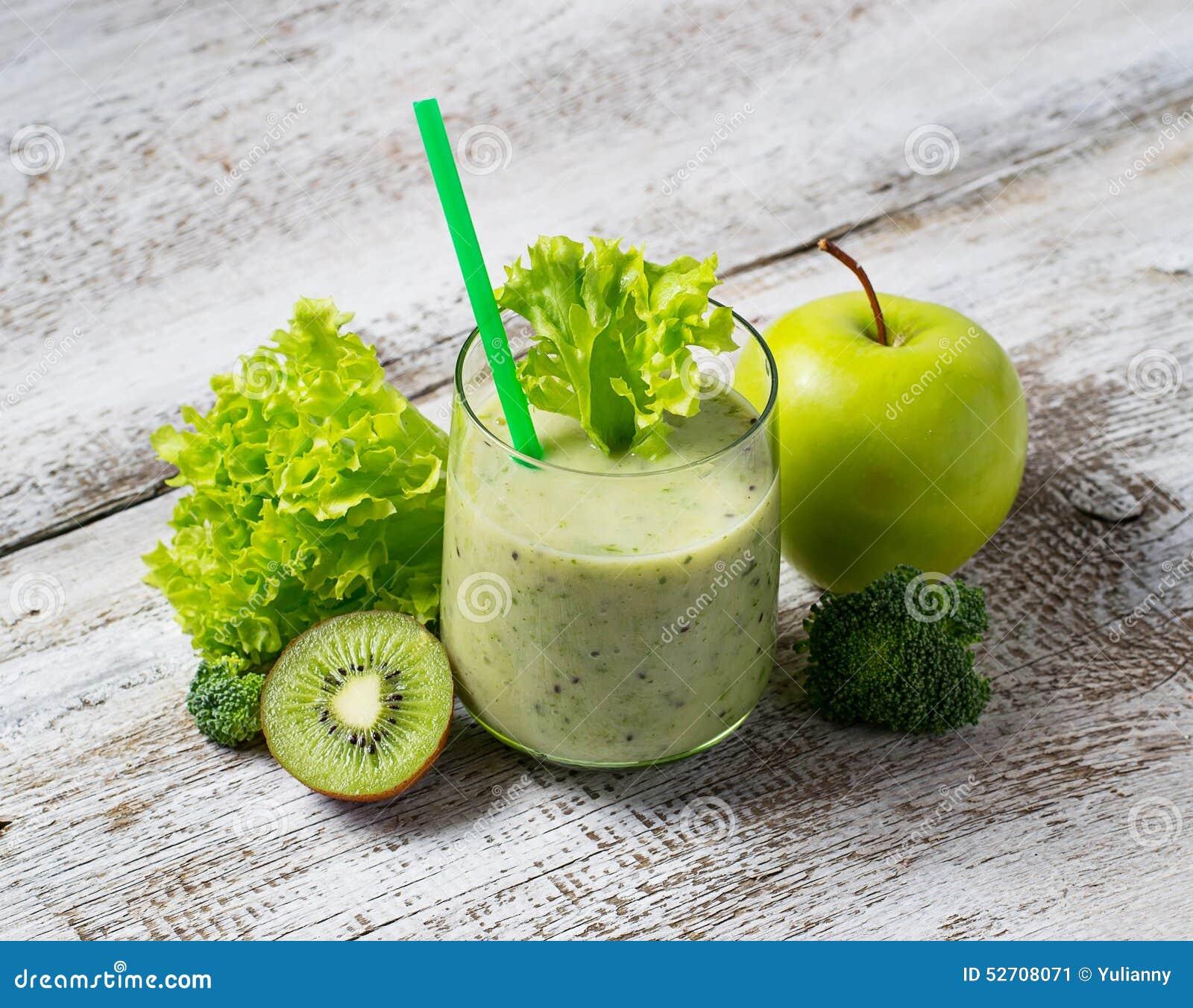 Grön smoothie med kiwin, äpplet, sallad och broccoli, sund dri