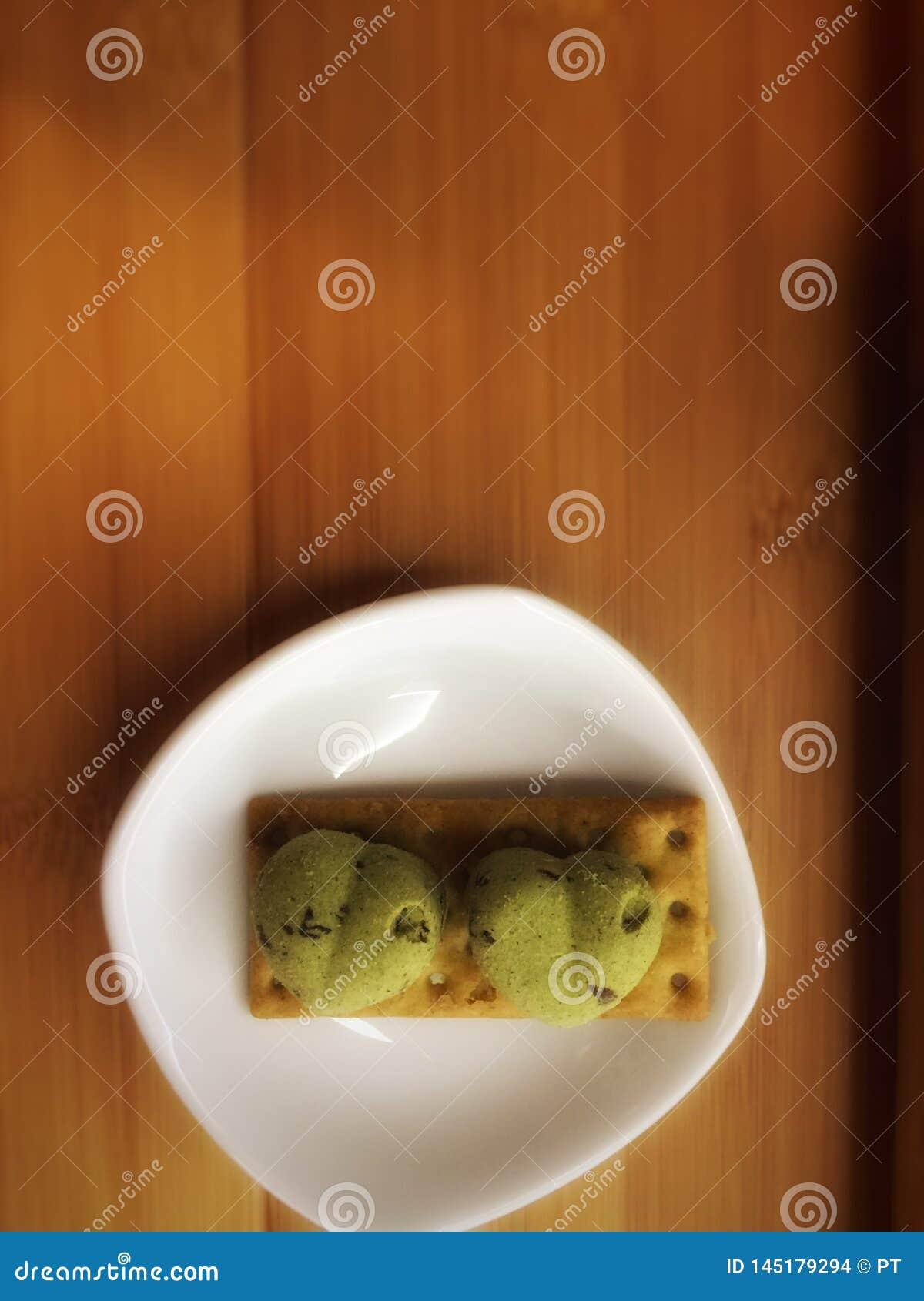 Gröna kakor med förälskelseform samman med kexet
