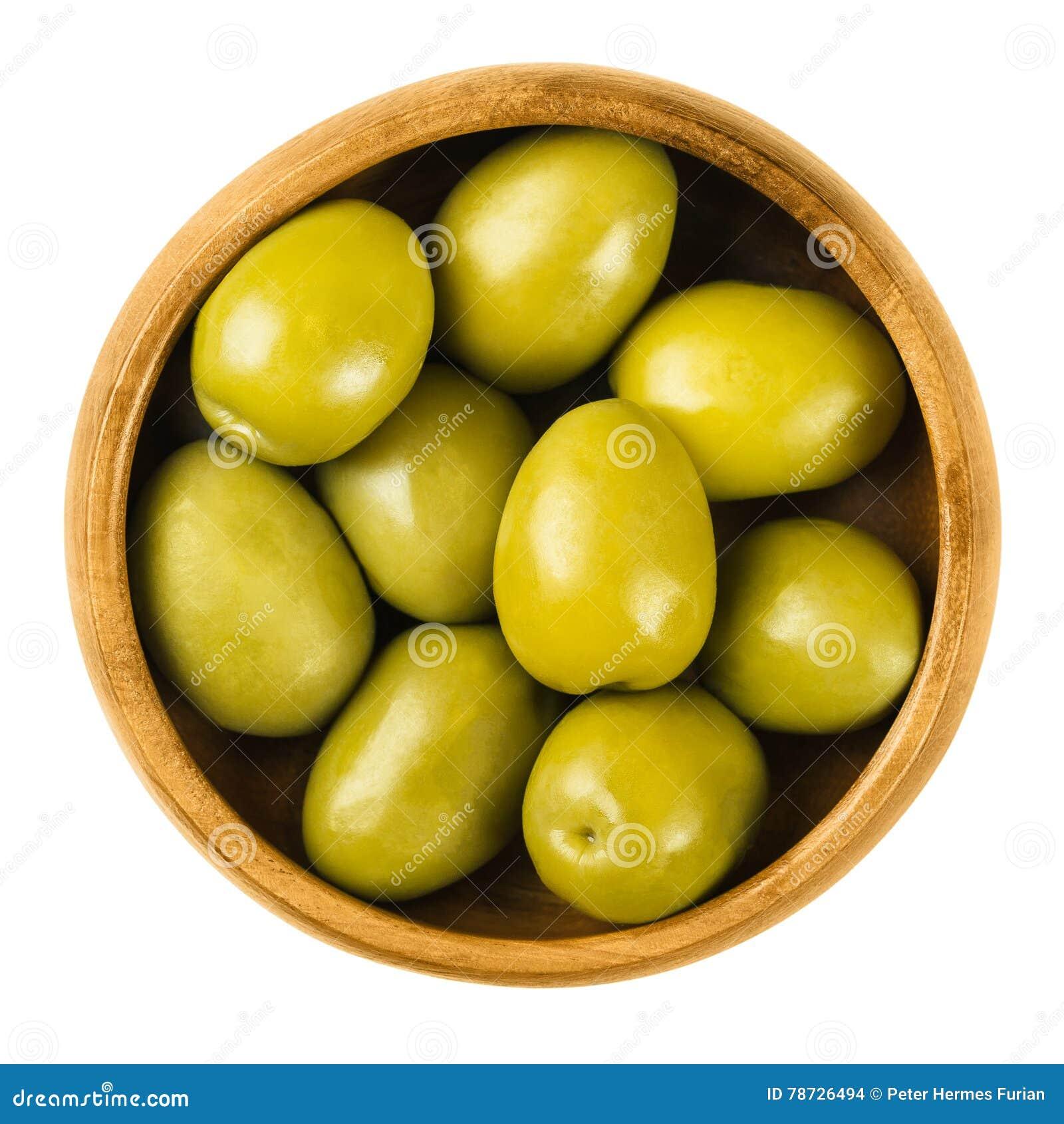 Gröna oliv för Gordal Reina i en träbunke över vit