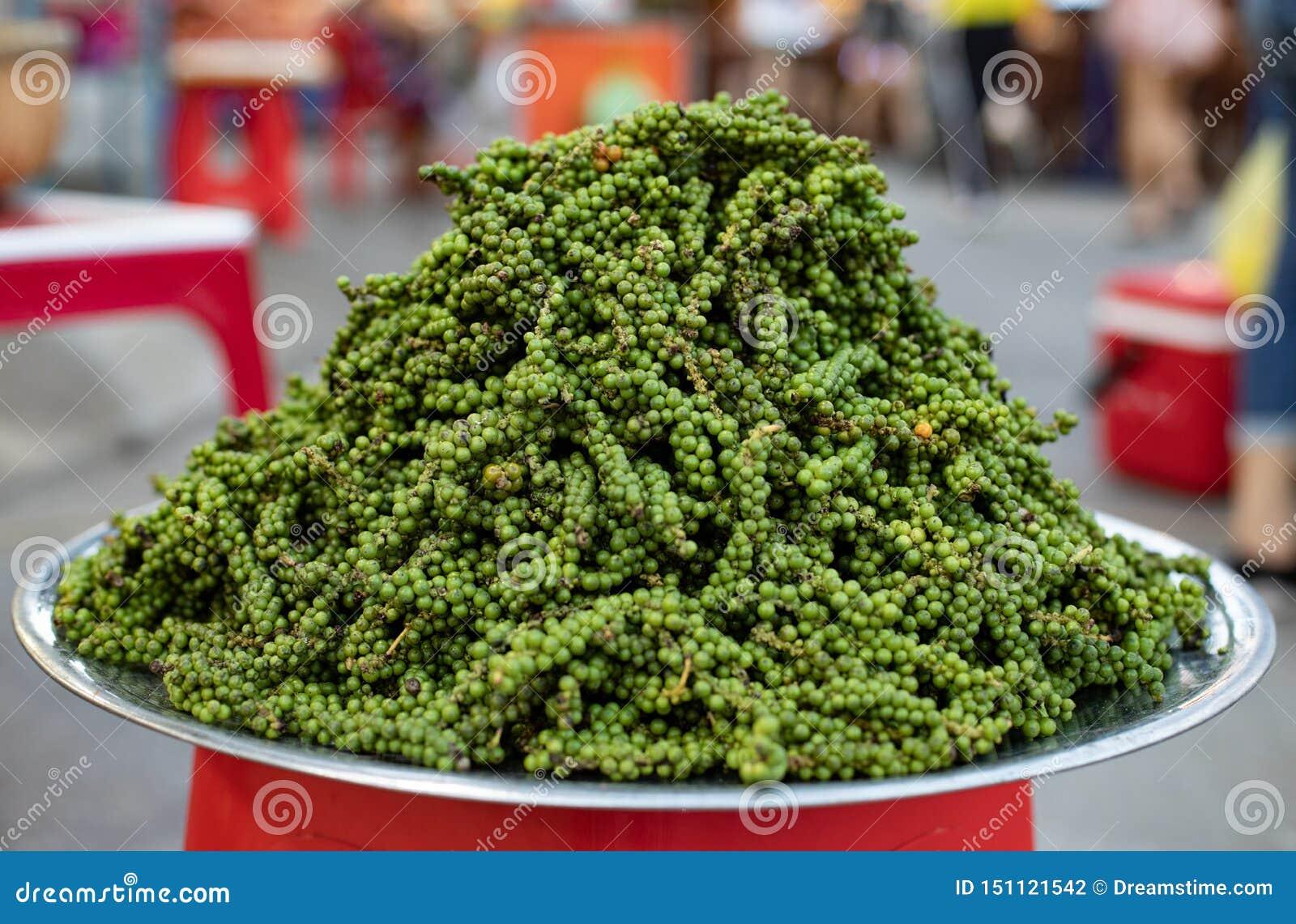 Gröna pepparkorn på plattan Paprikafröpiele Asien Vietnam marknad