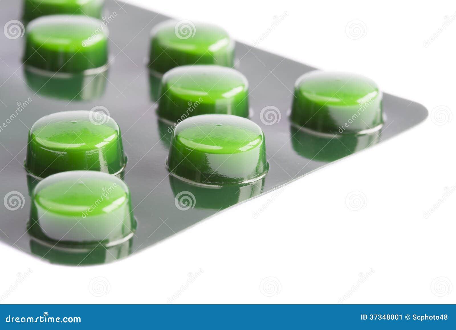 Gröna preventivpillerar i en blåsapacke