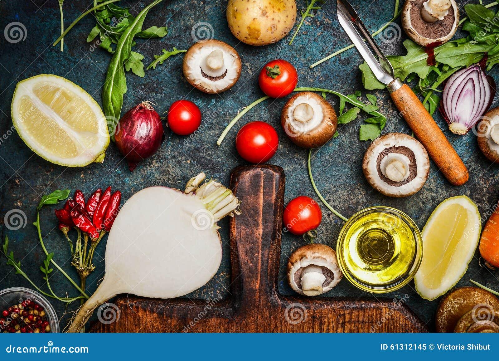 Grönsaker och ingredienser för vård- matlagning på lantlig bakgrund, bästa sikt